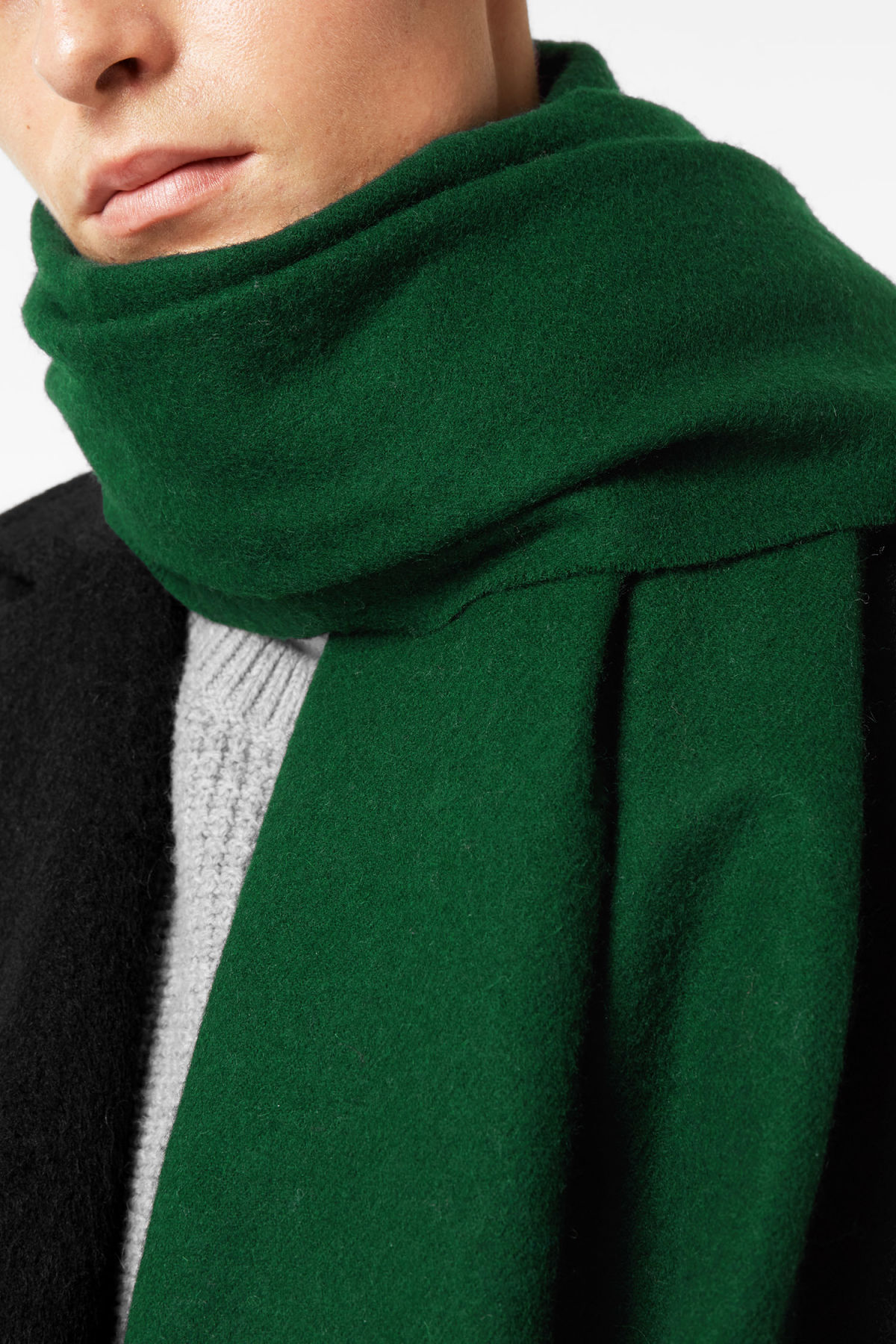 Model side image of Weekday tuva shawl in green