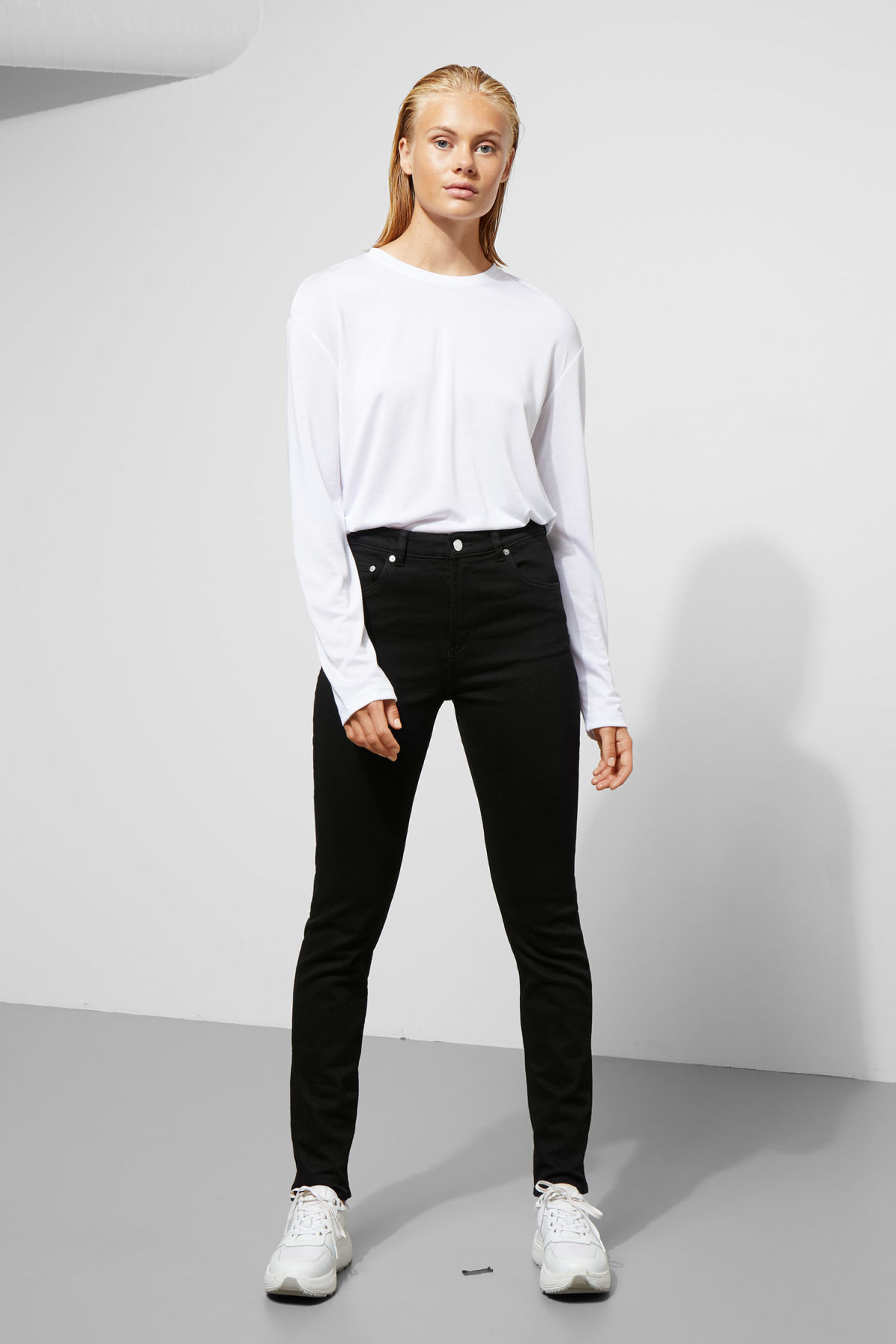 Model front image of Weekday way black jeans in black