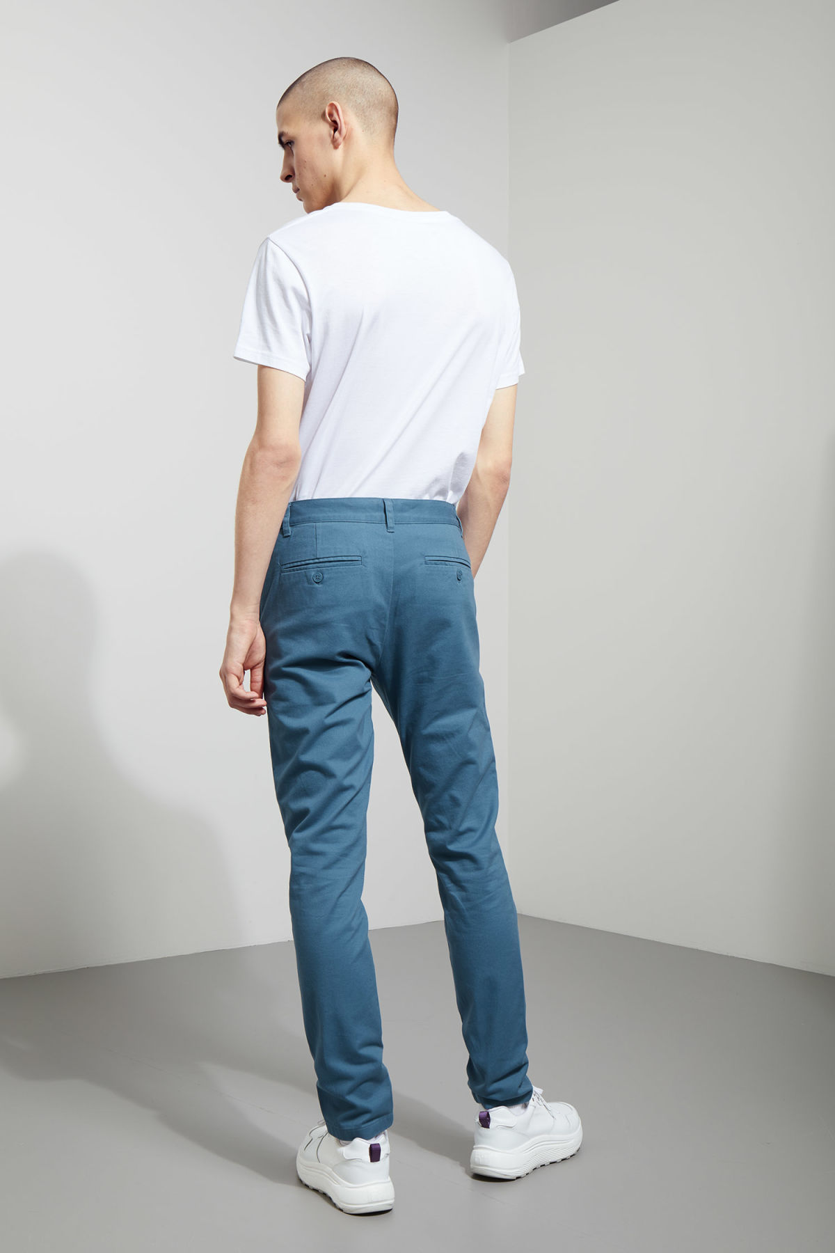 Model back image of Weekday wood chinos in blue