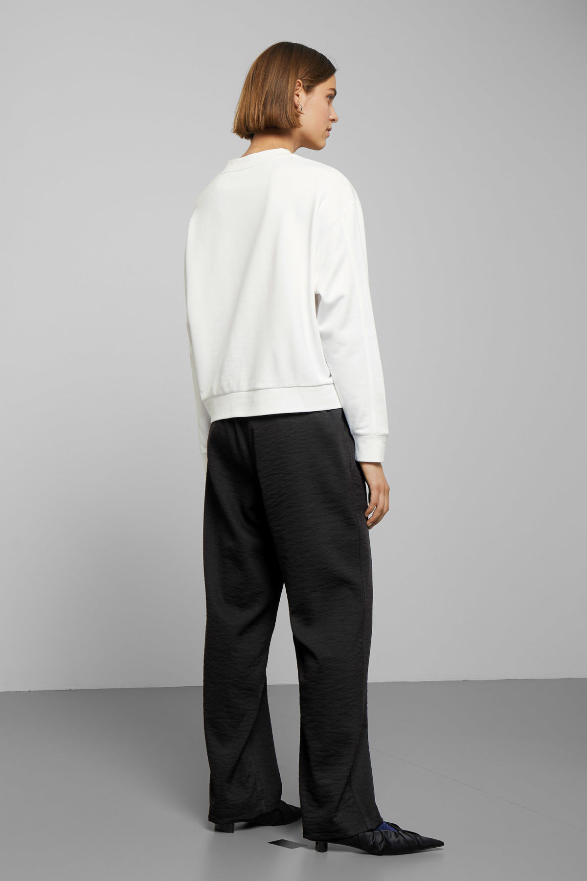 Model back image of Weekday huge cropped sweatshirt  in white