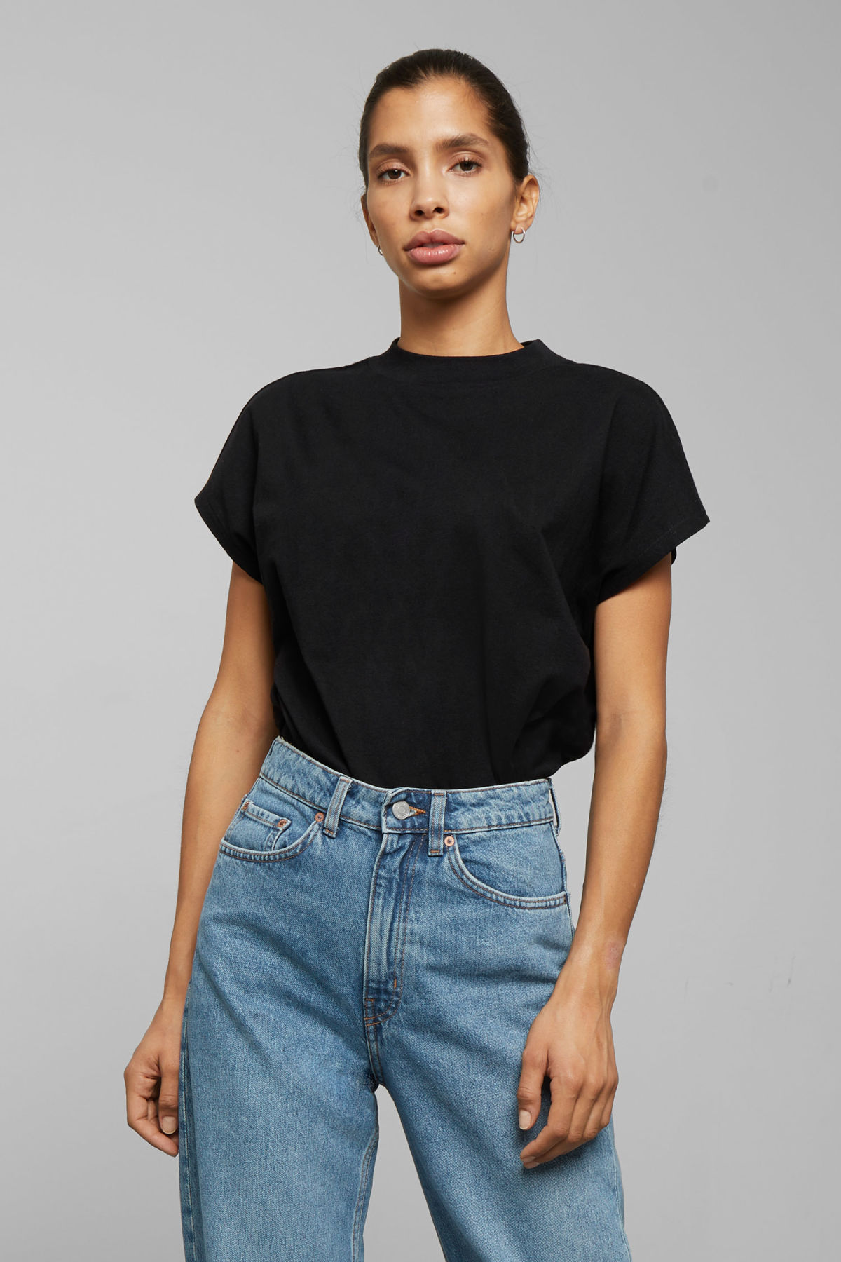 Model front image of Weekday prime t-shirt in black
