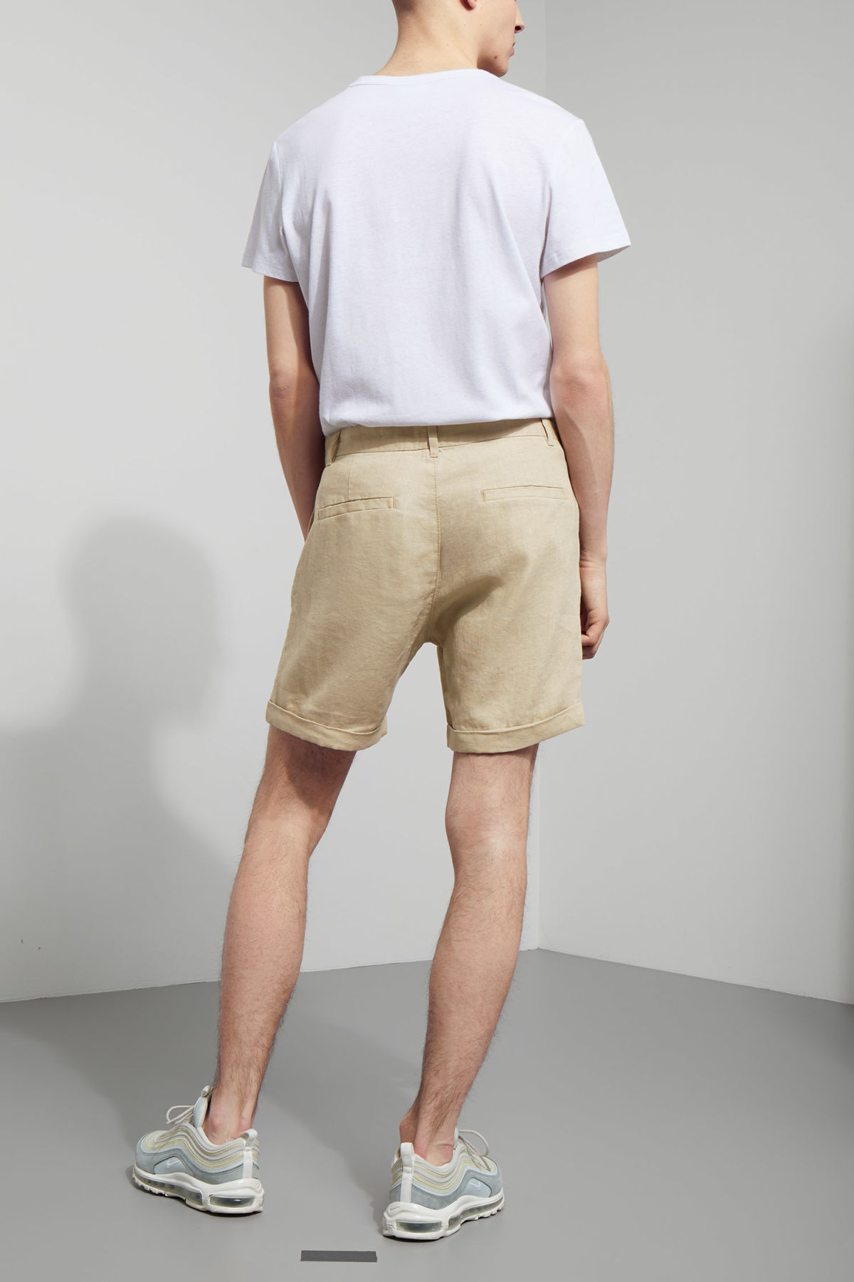 Model back image of Weekday mash shorts in beige