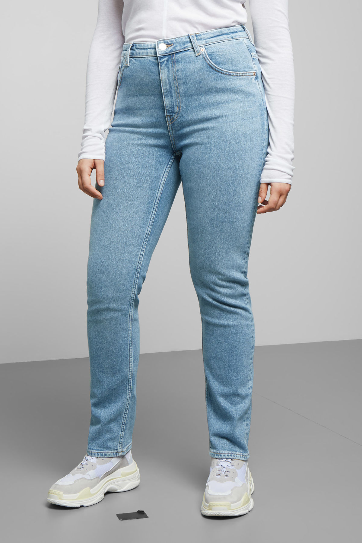 Model back image of Weekday way swish blue jeans in blue