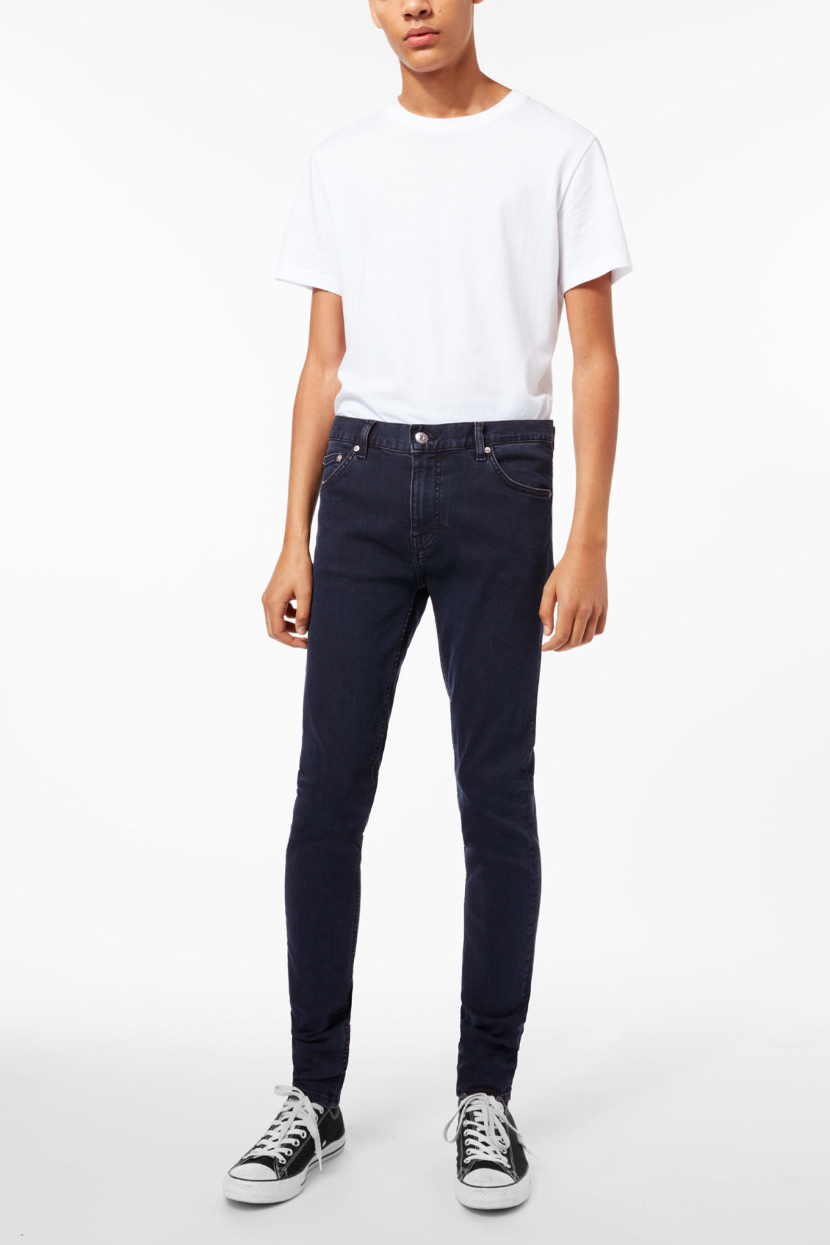 Model front image of Weekday form od-11 jeans in blue