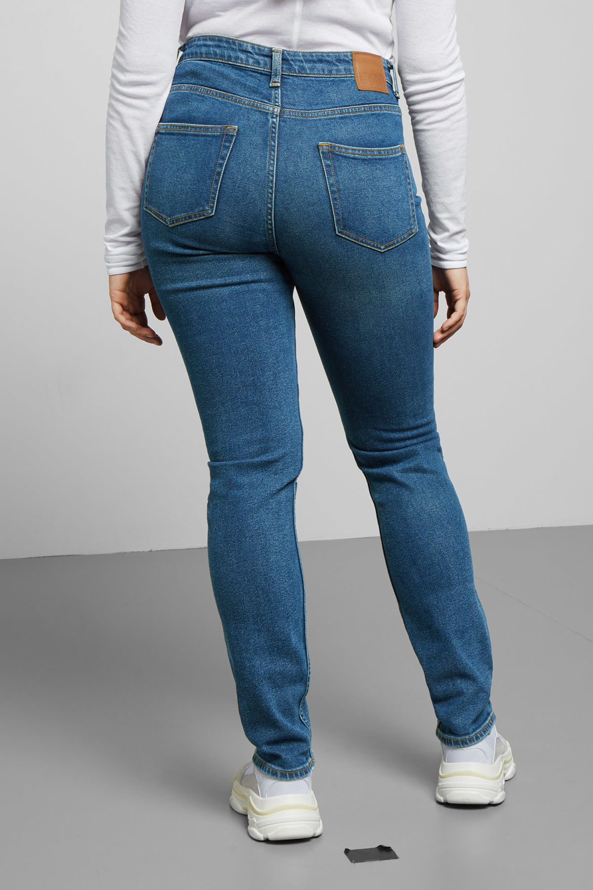 Model side image of Weekday way peralta blue jeans in blue