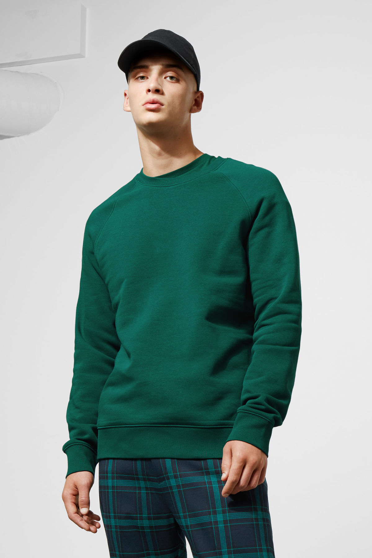 Model front image of Weekday paris sweatshirt in green
