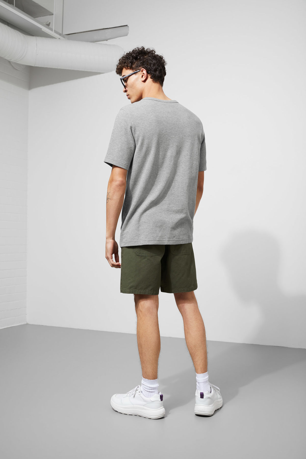 Model back image of Weekday grinko t-shirt in grey