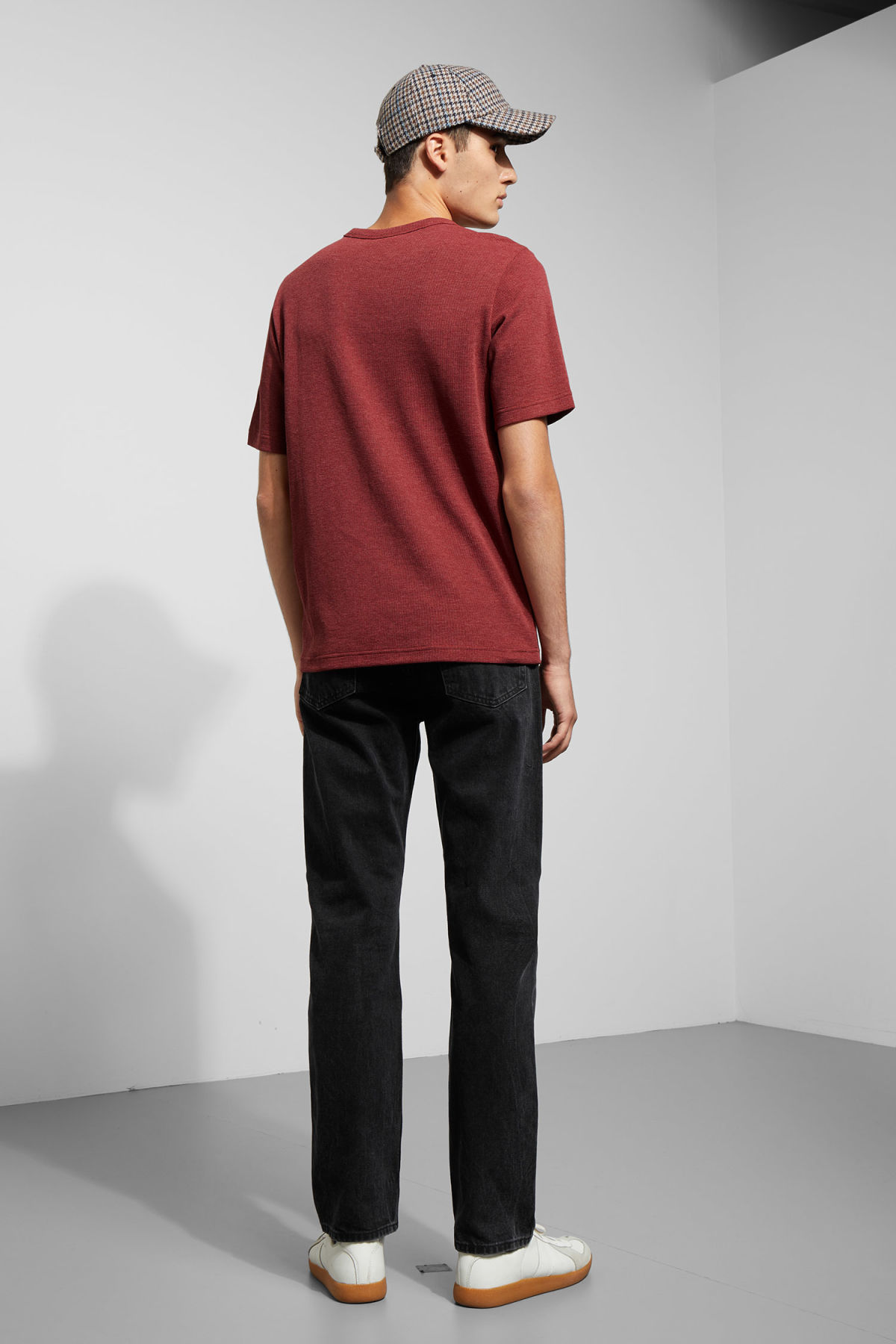 Model back image of Weekday grinko t-shirt in red