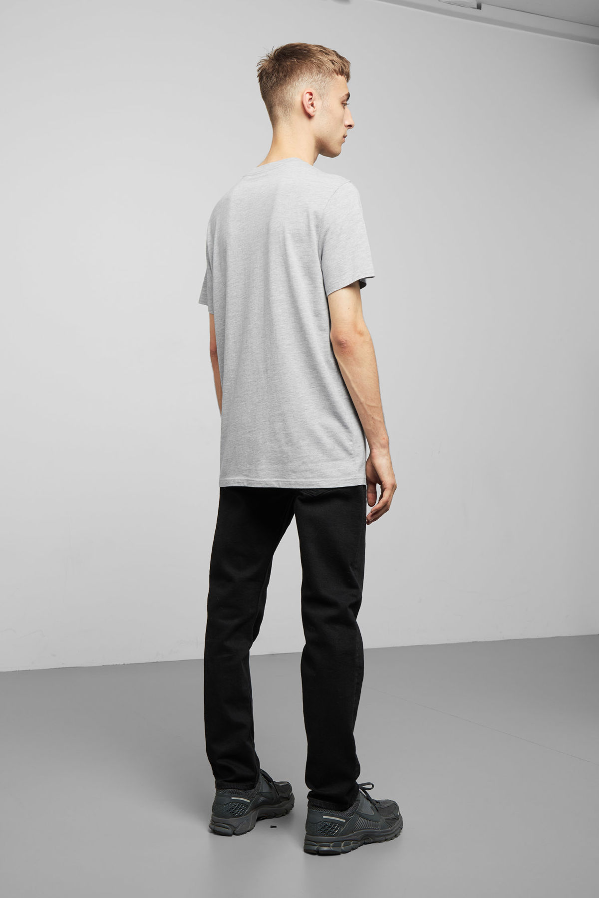 Model back image of Weekday alan t-shirt in grey