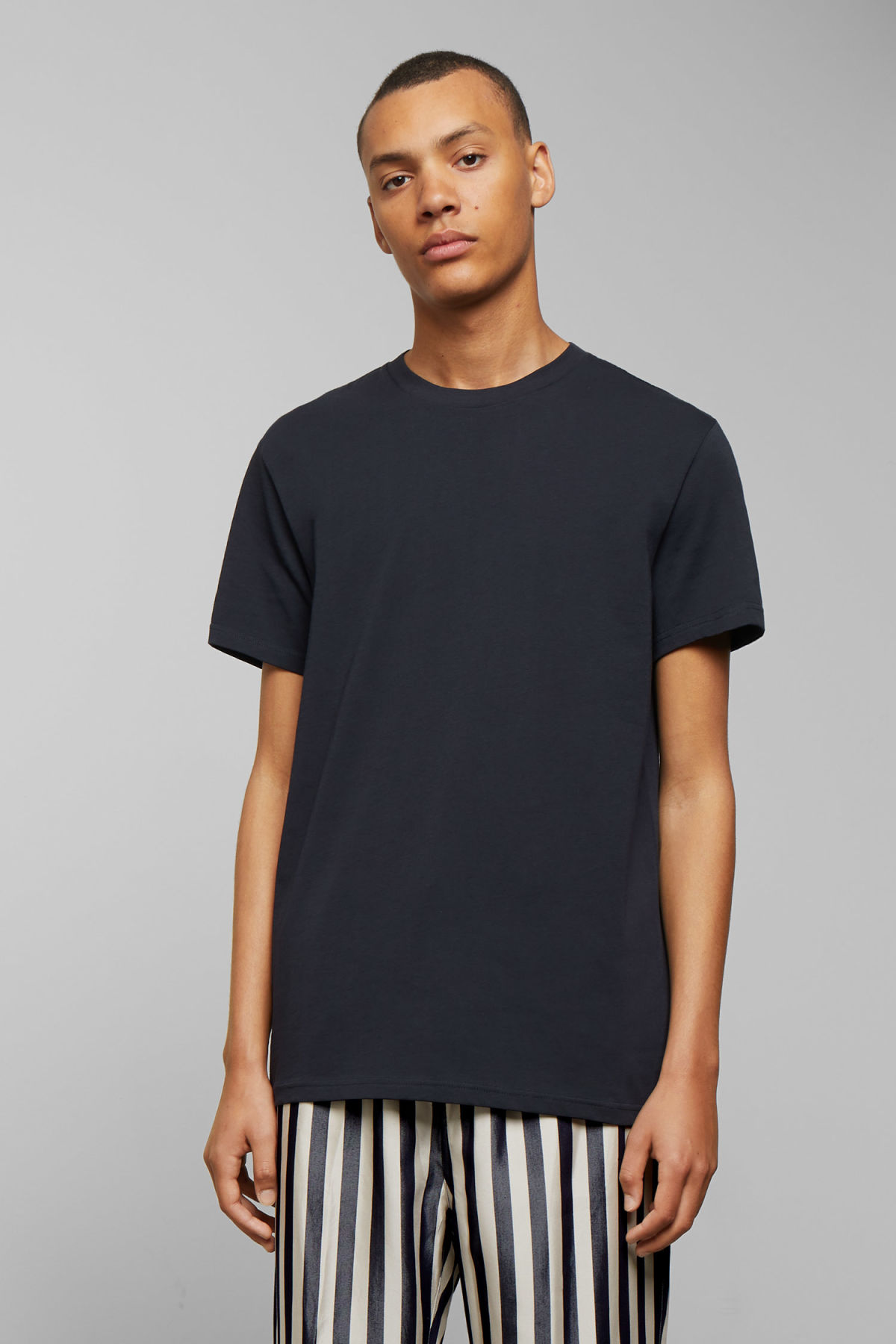 Model front image of Weekday alan t-shirt in blue