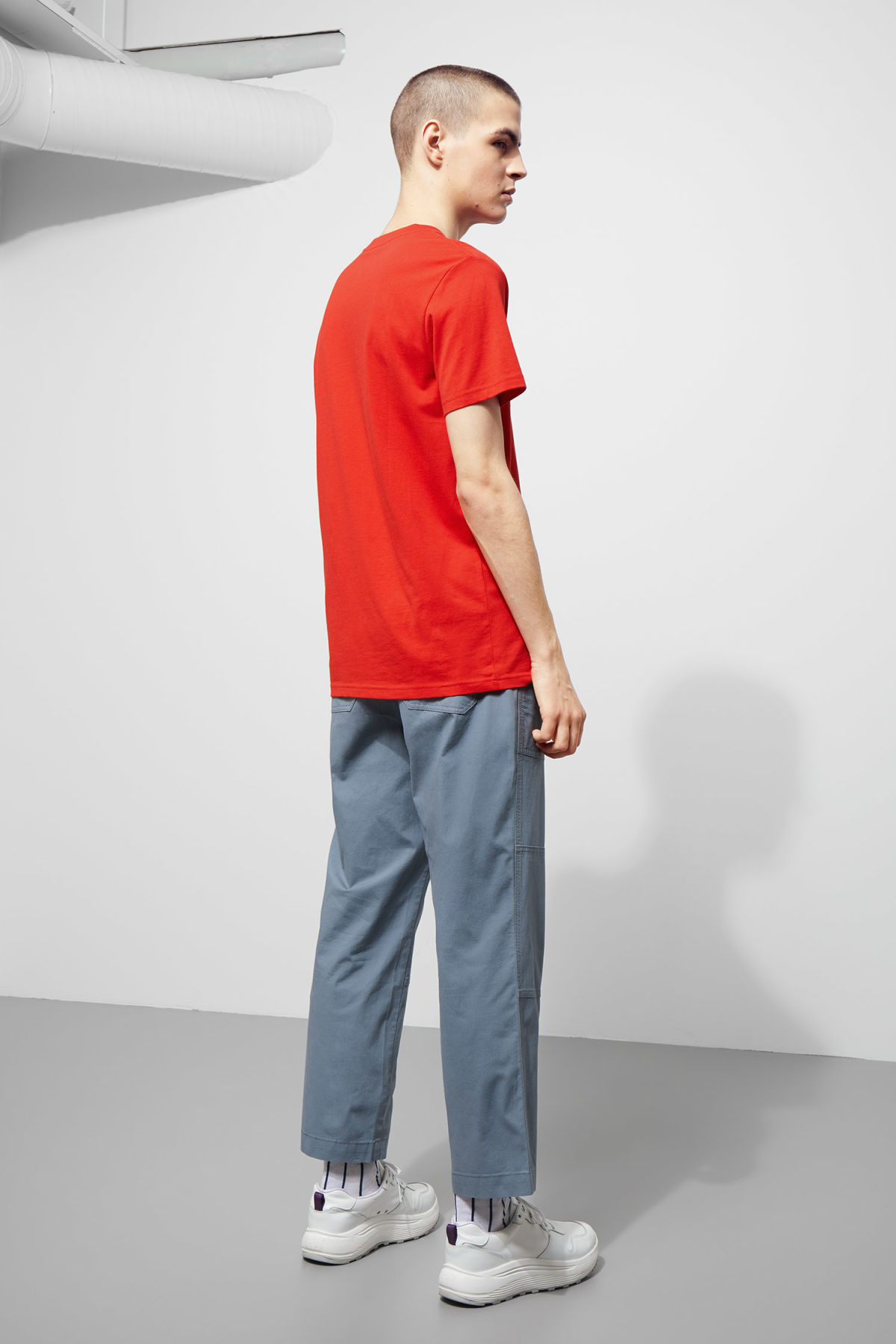 Model back image of Weekday alan t-shirt in red