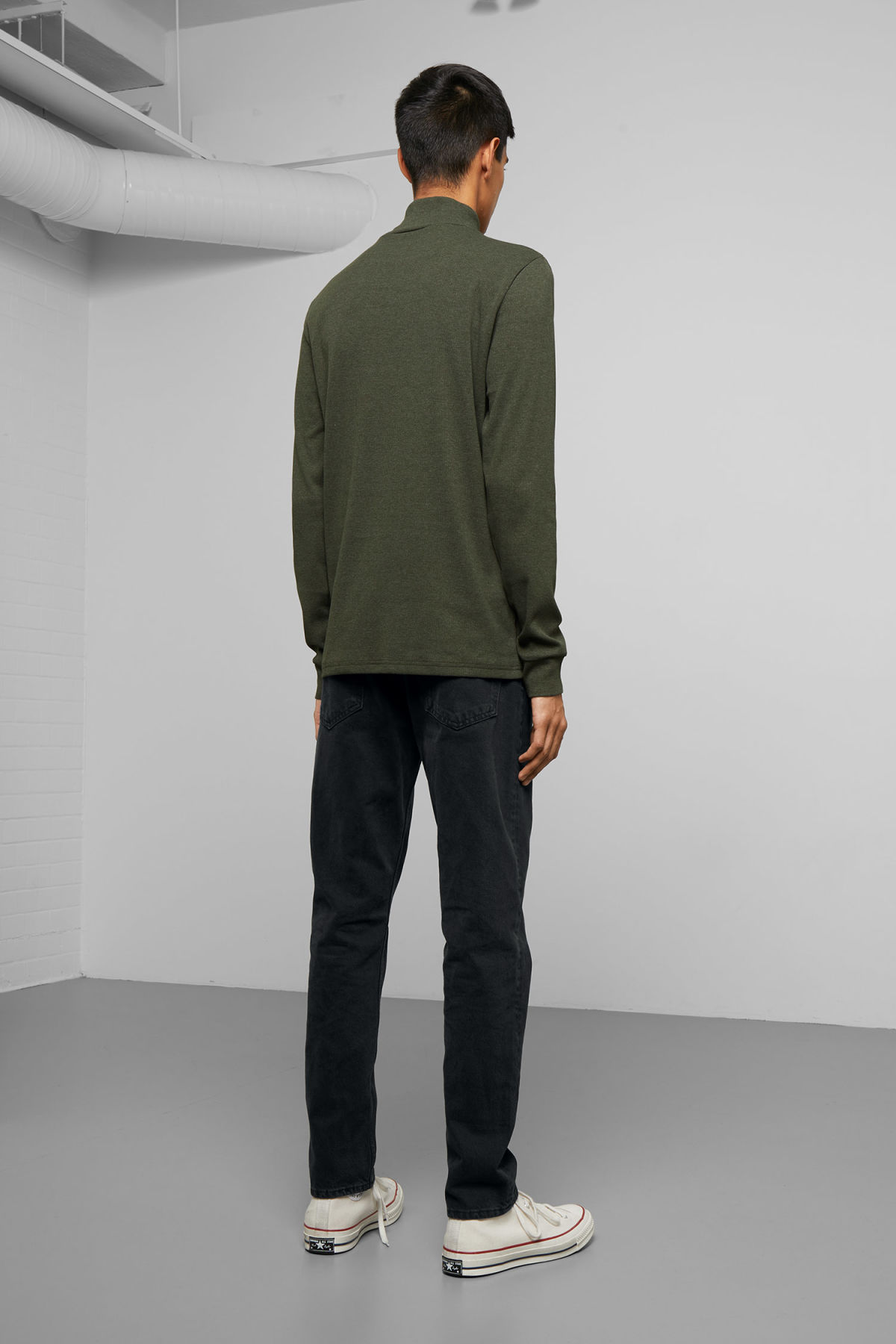 Model side image of Weekday turtle rib long sleeve in green