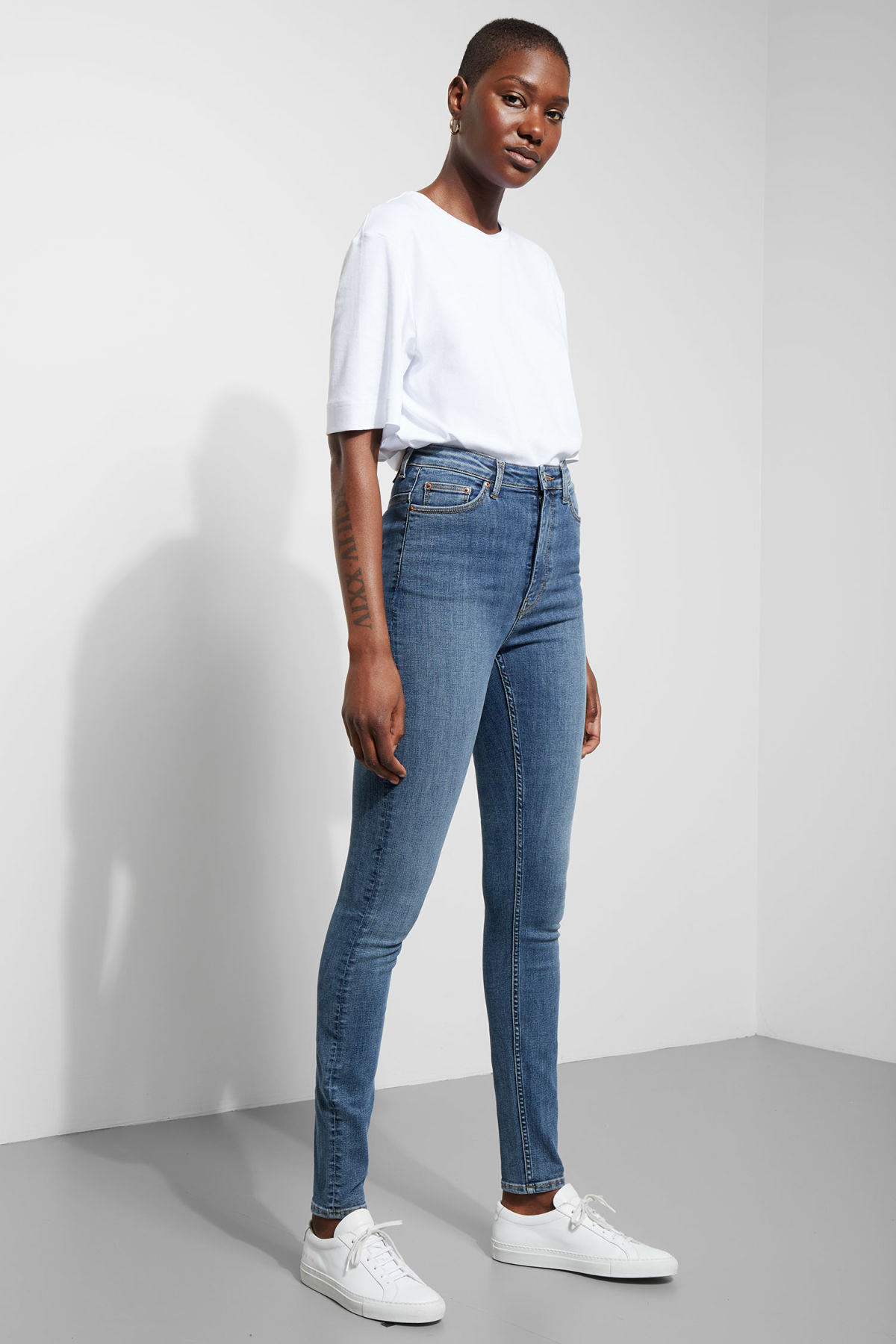 Model front image of Weekday body high peer blue jeans in blue