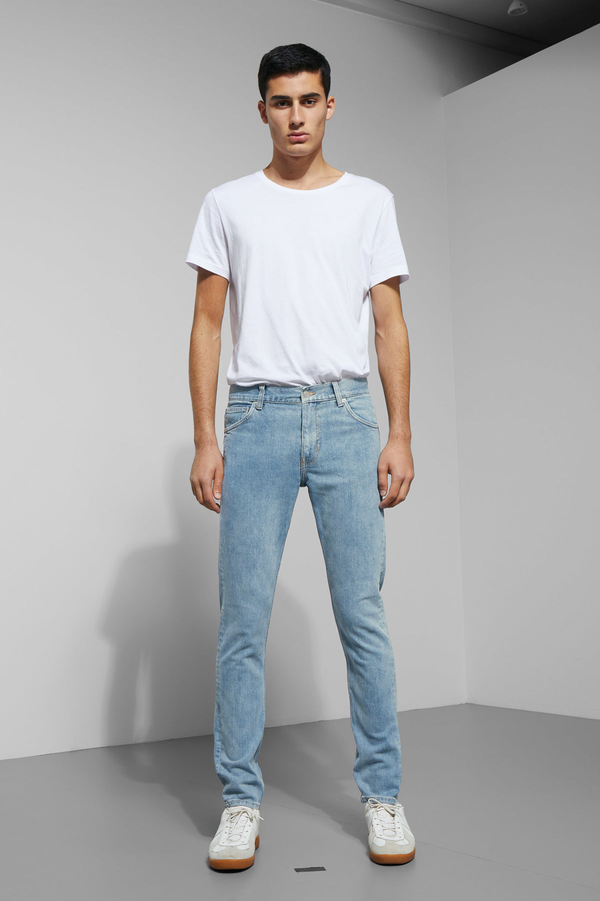Model front image of Weekday friday lagoon blue jeans in blue