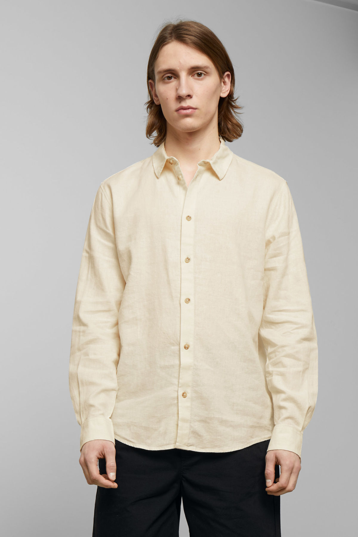 Model front image of Weekday lead linen shirt in white