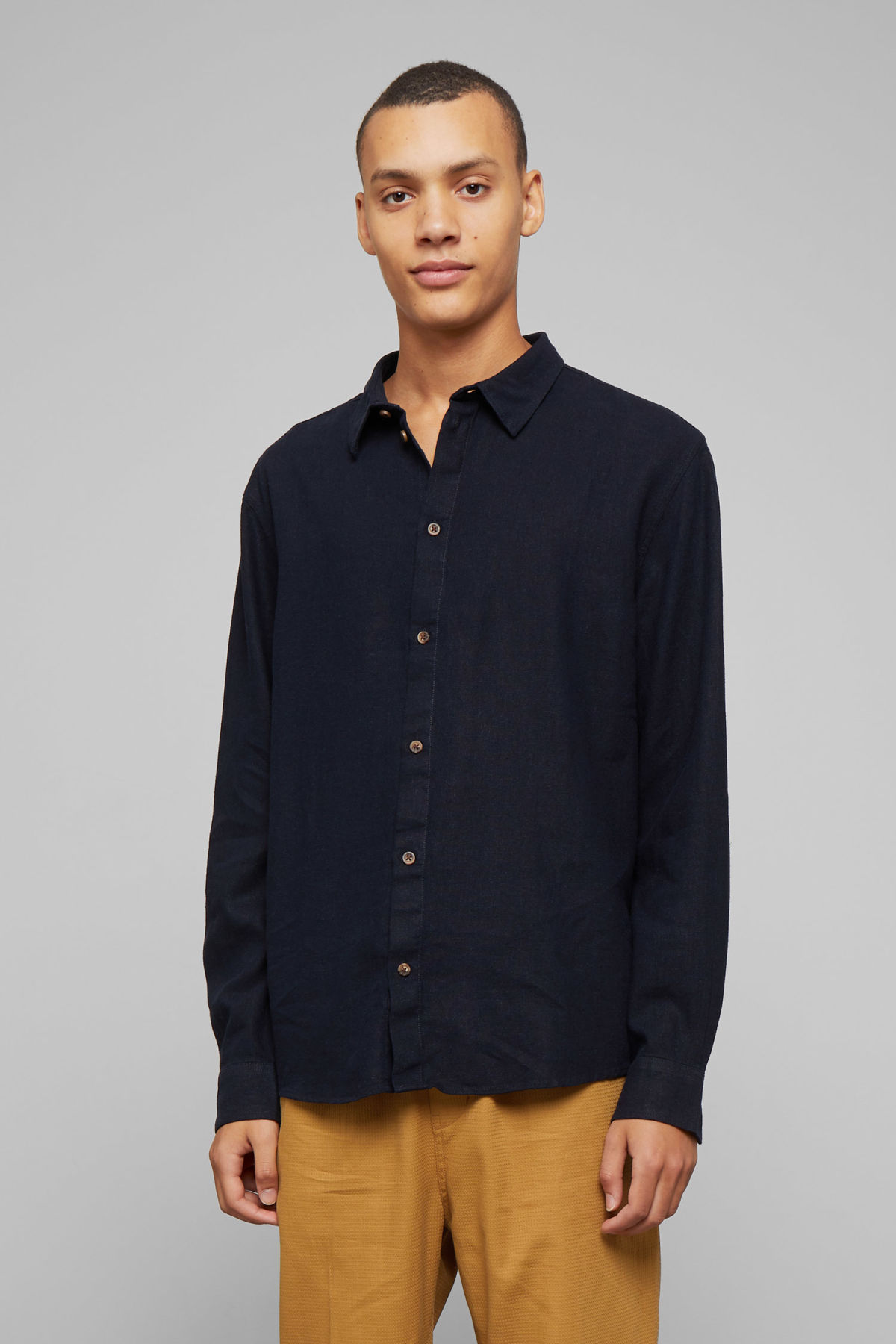 Model front image of Weekday lead linen shirt in blue