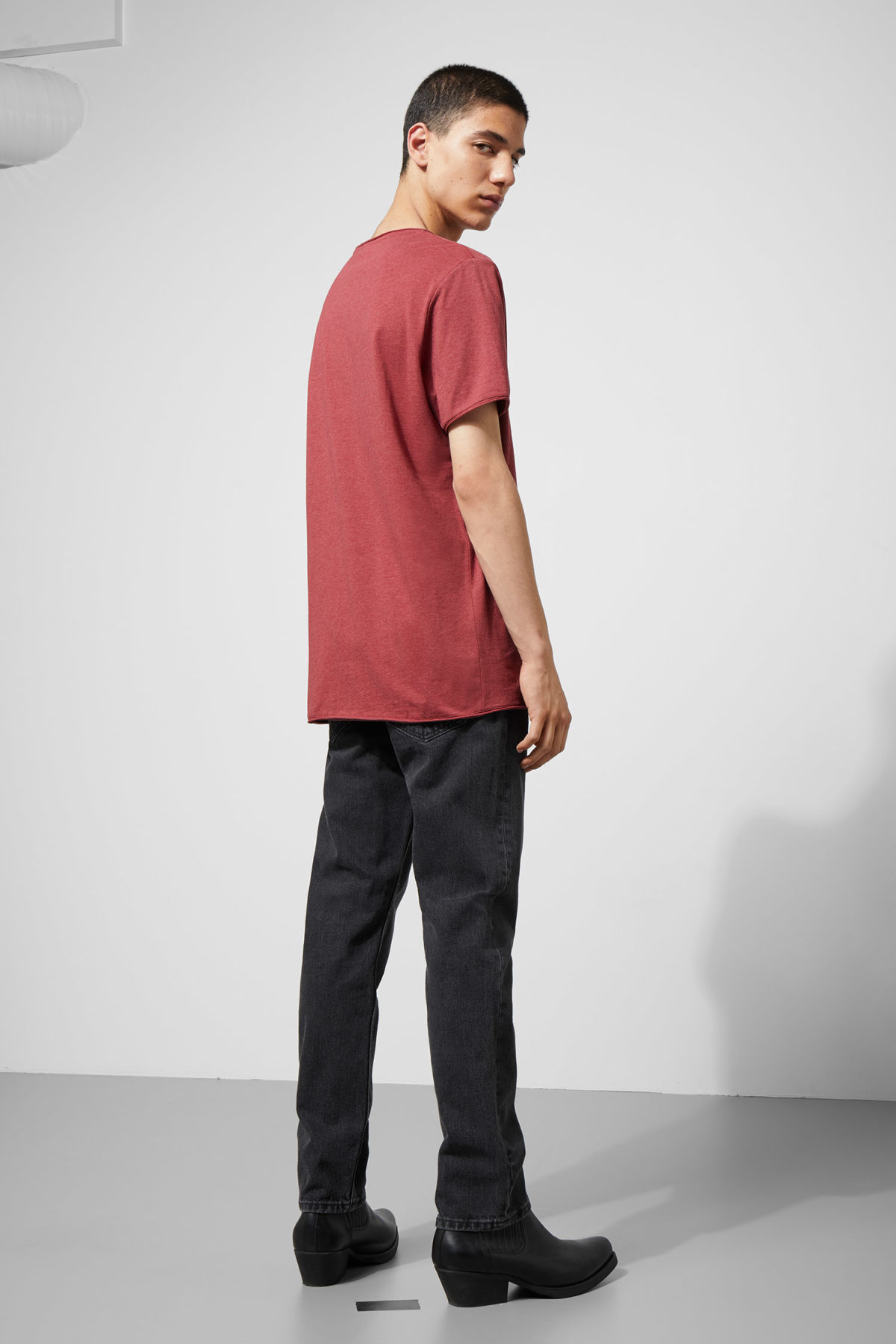 Model back image of Weekday dark t-shirt in red