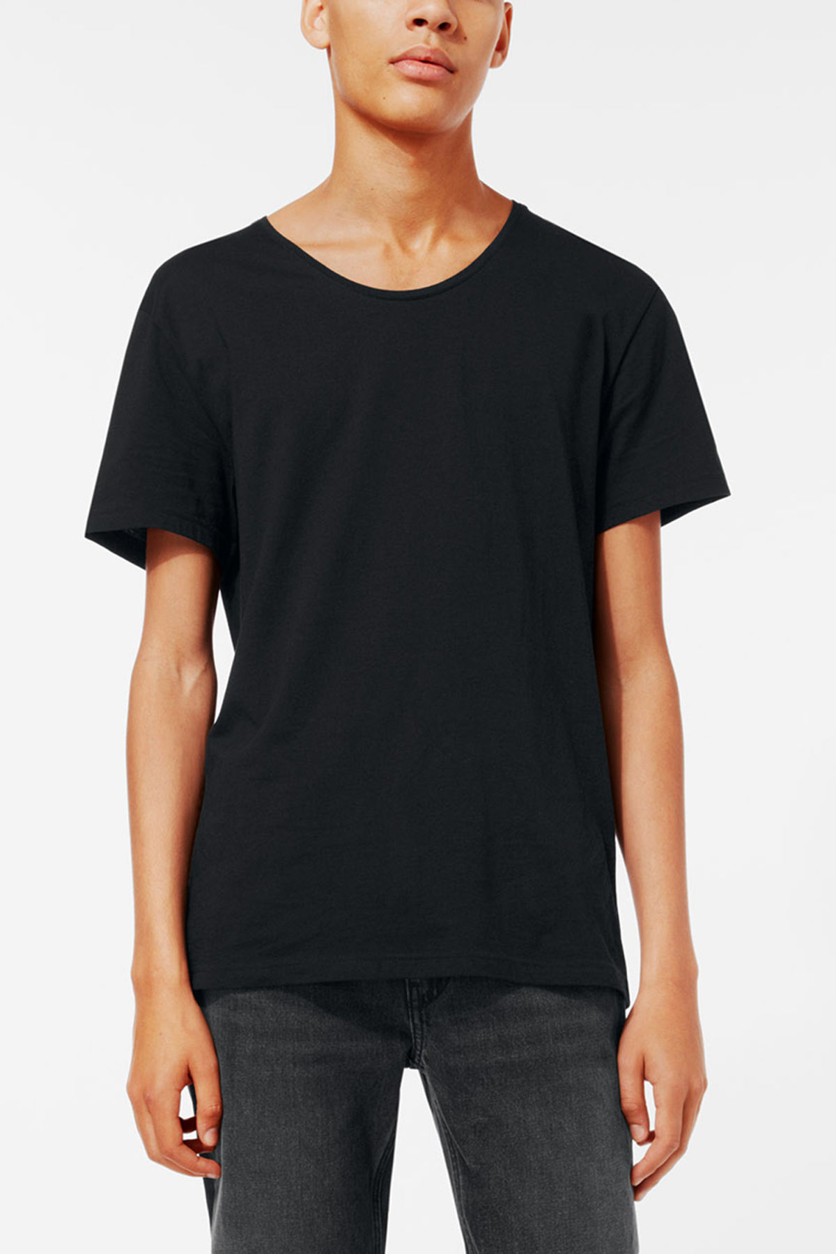 Model front image of Weekday daniel t-shirt in black