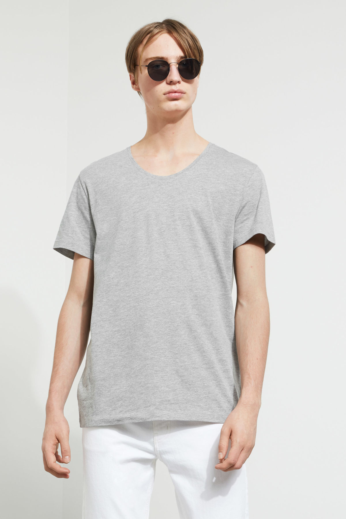 Model front image of Weekday daniel t-shirt in grey