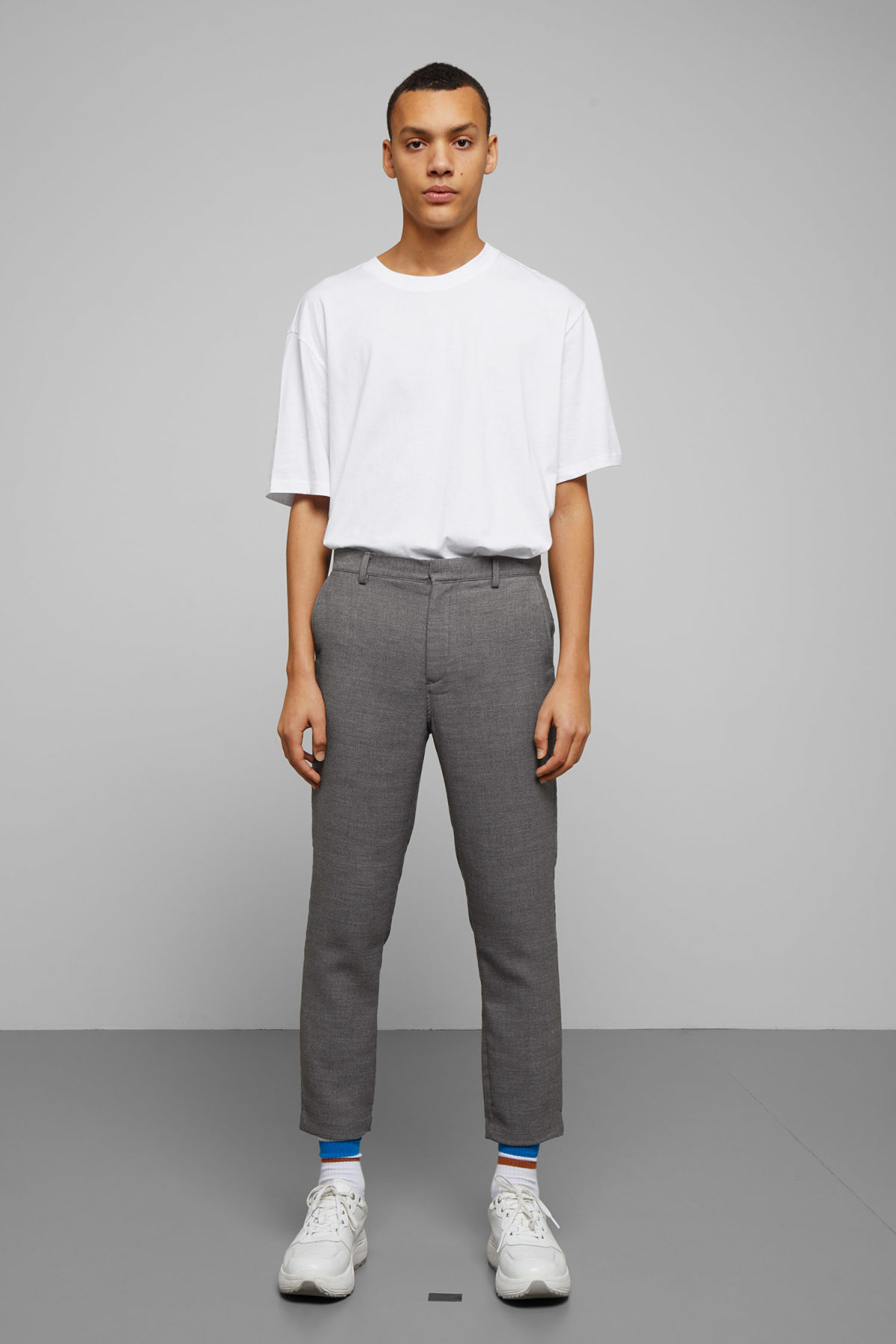 Model front image of Weekday arvid trousers in grey
