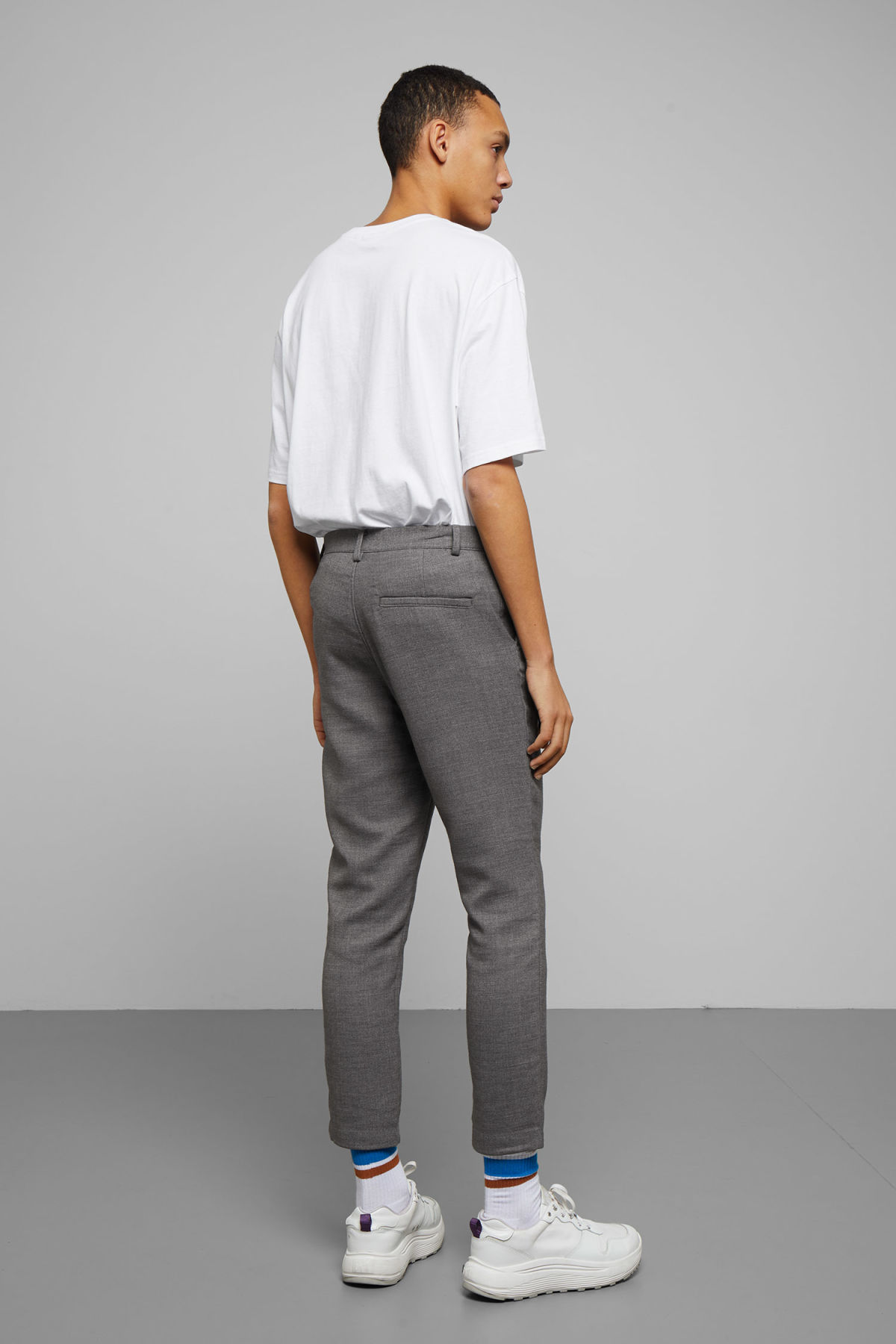 Model back image of Weekday arvid trousers in grey