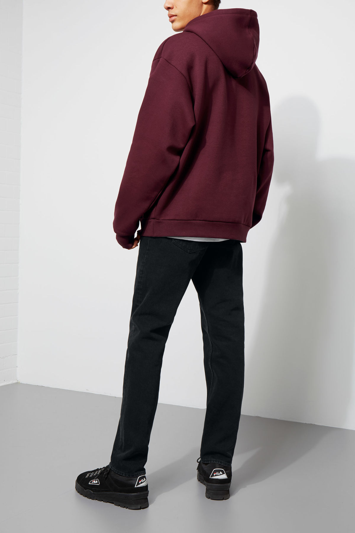 Model back image of Weekday big hawk hoodie in red