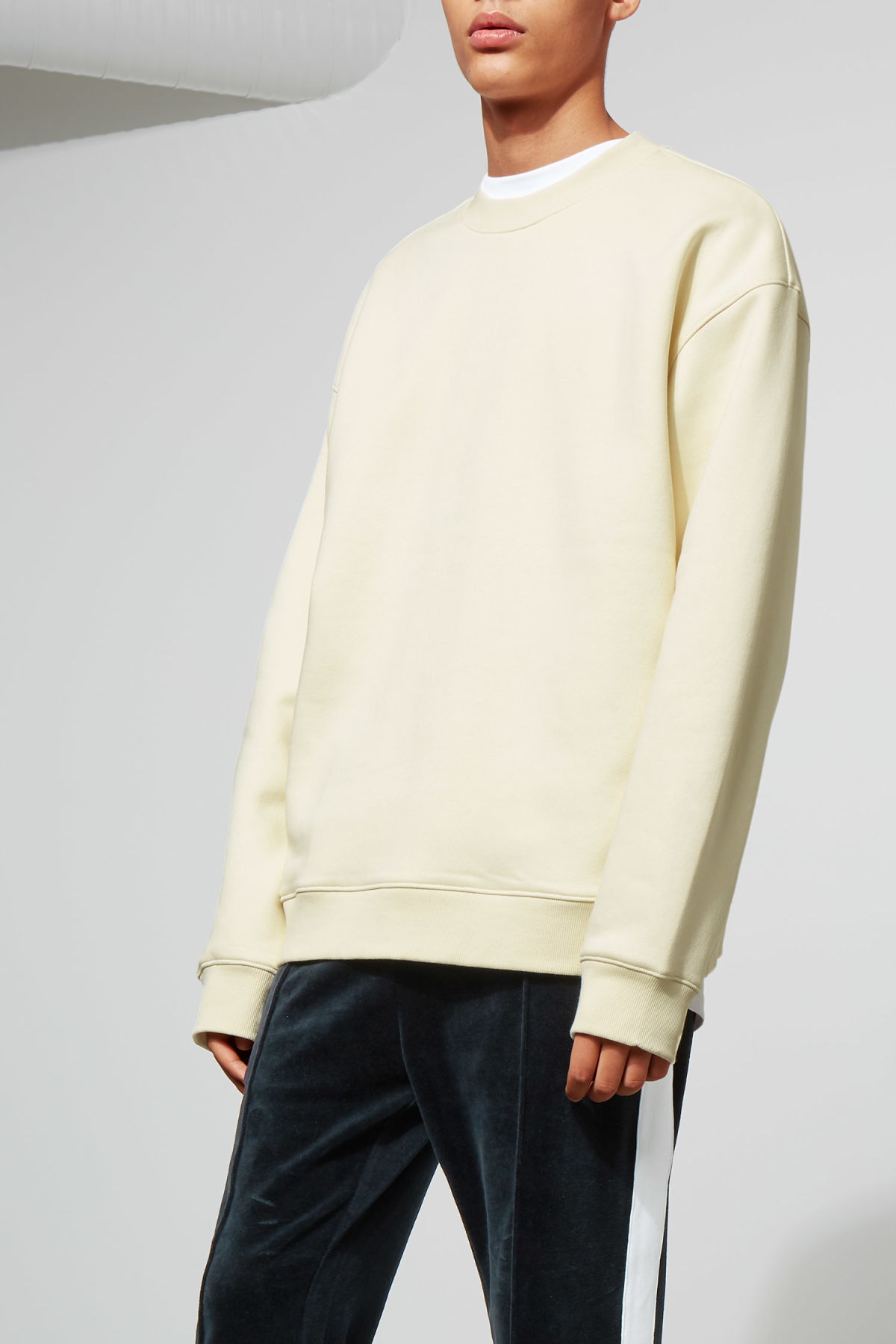 Model front image of Weekday big steve sweatshirt in beige