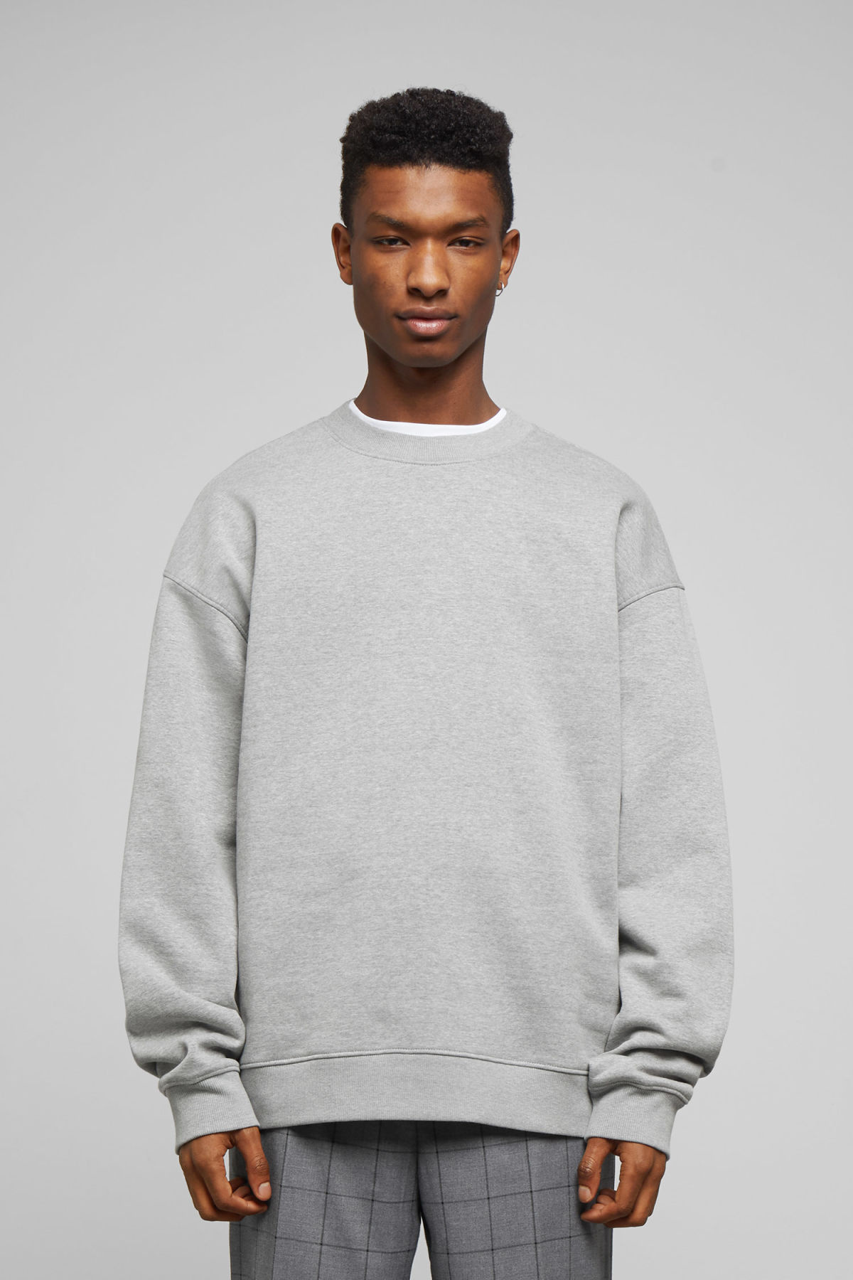 Model front image of Weekday big steve sweatshirt in grey