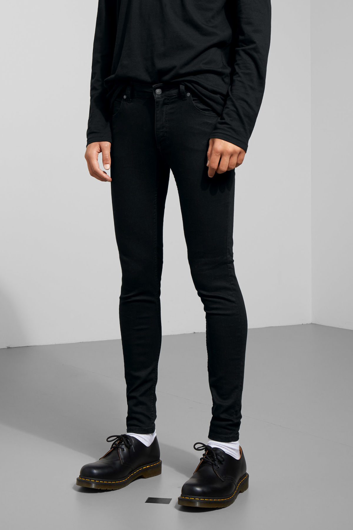 Model front image of Weekday him spray black jeans in black