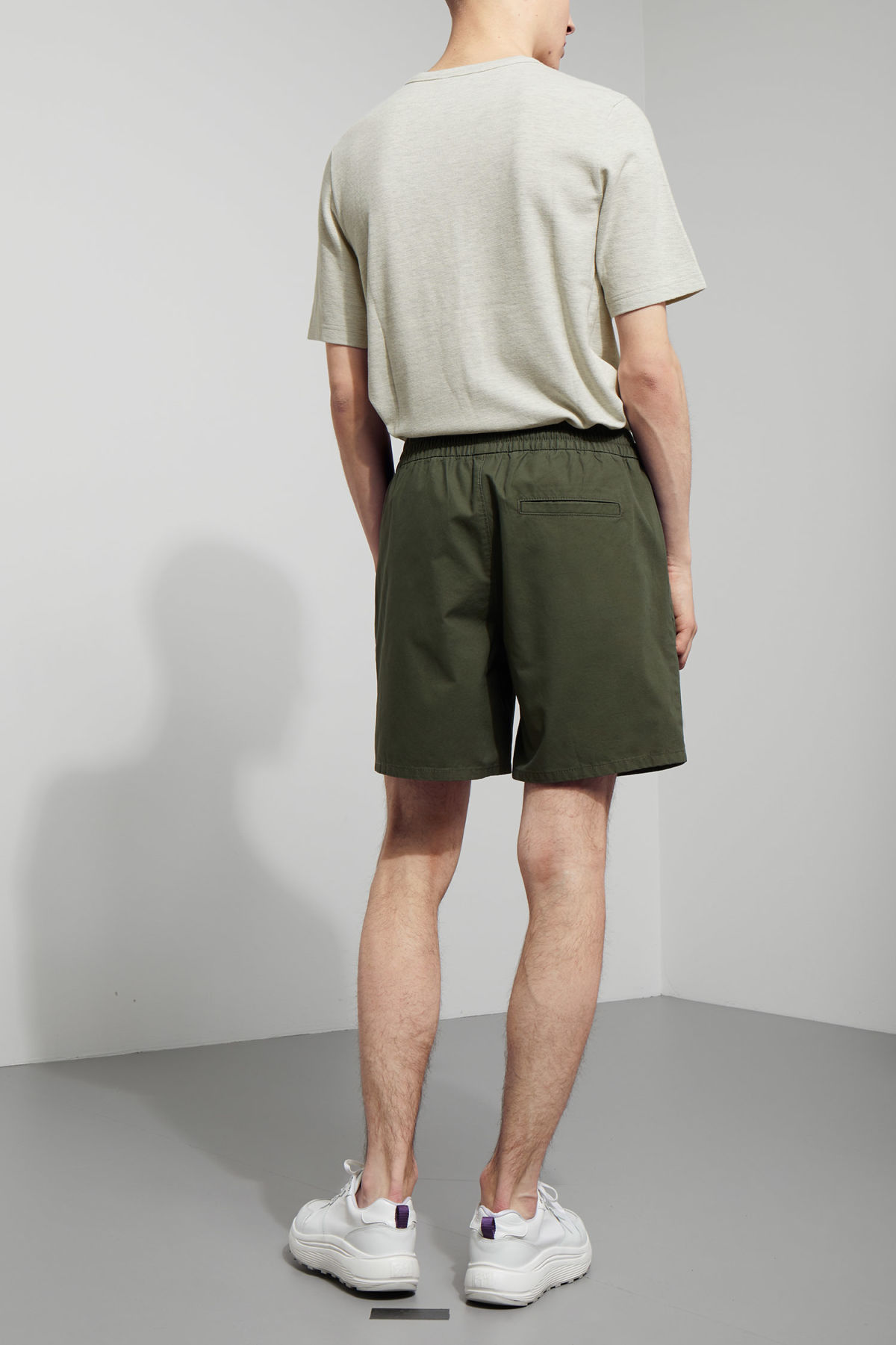 Model back image of Weekday olsen shorts in green