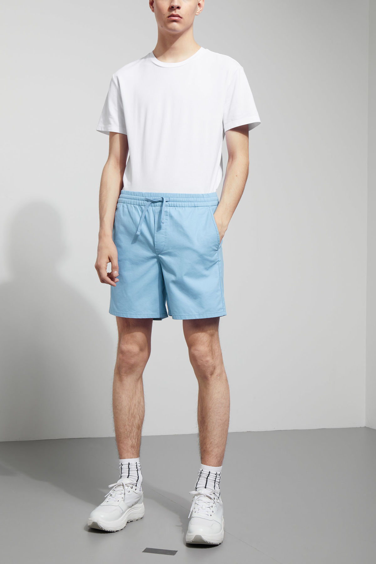Model front image of Weekday olsen shorts in blue
