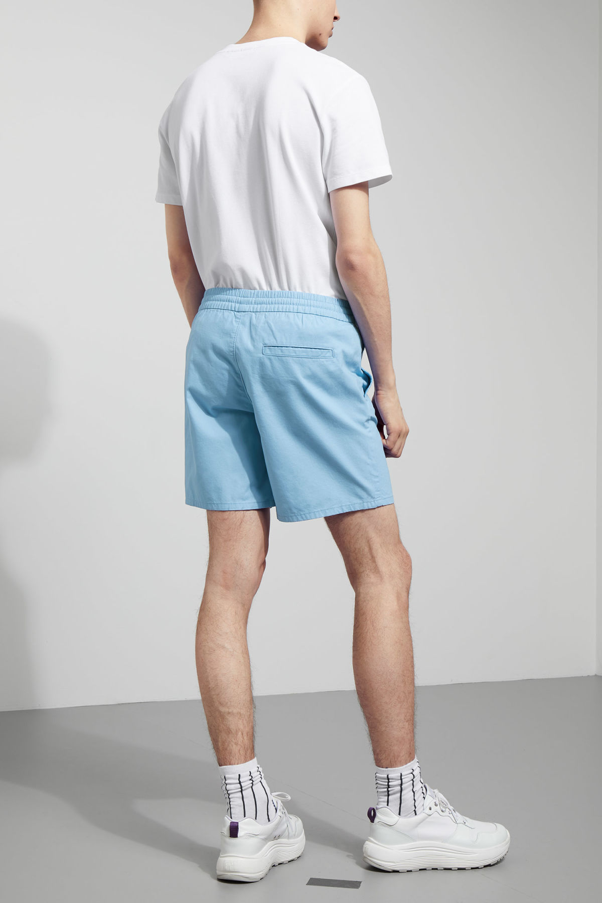 Model back image of Weekday olsen shorts in blue