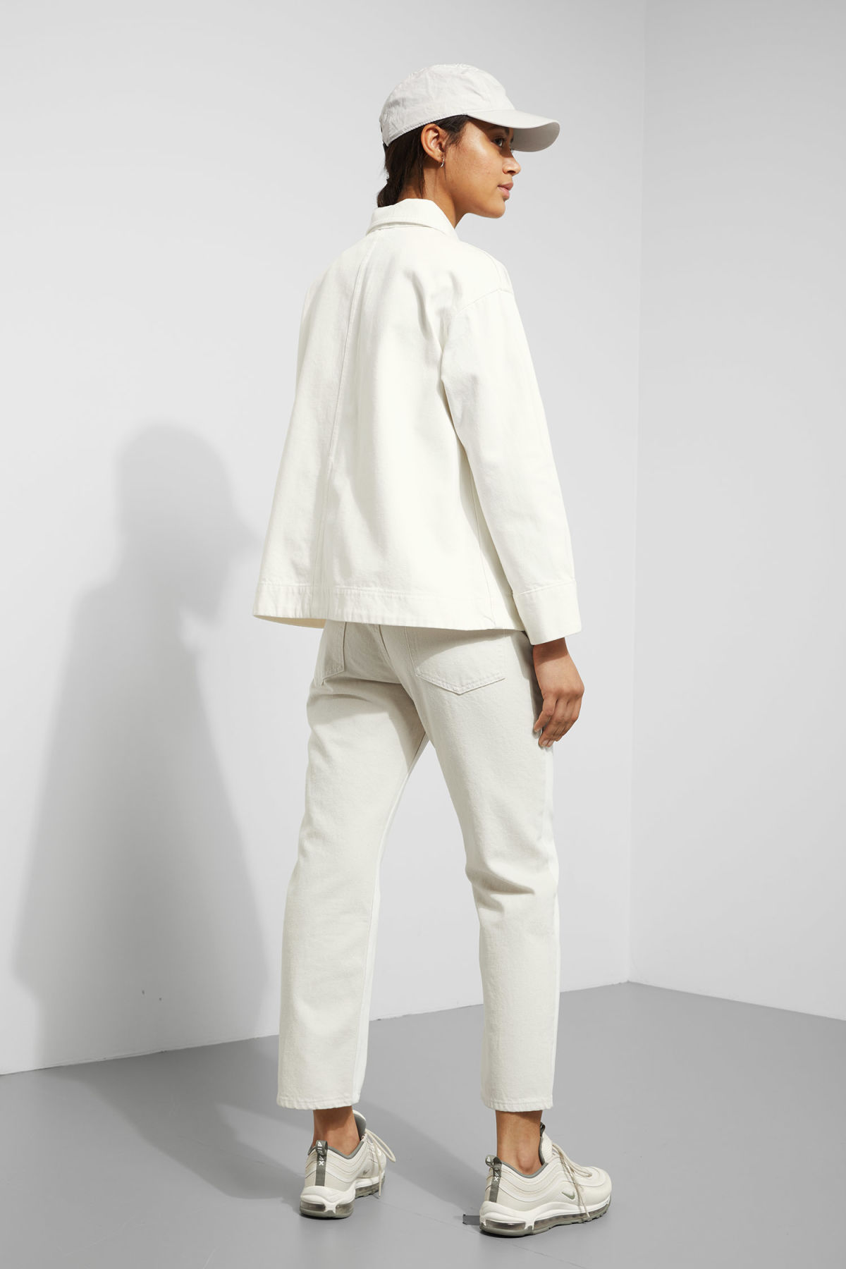 Model back image of Weekday ina jacket in white