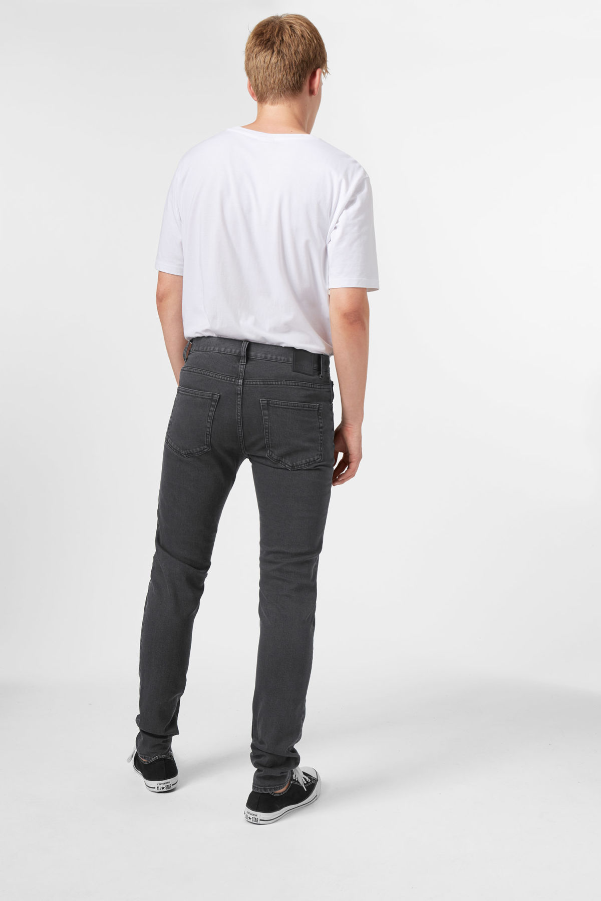Model side image of Weekday sunday loundness jeans in blue