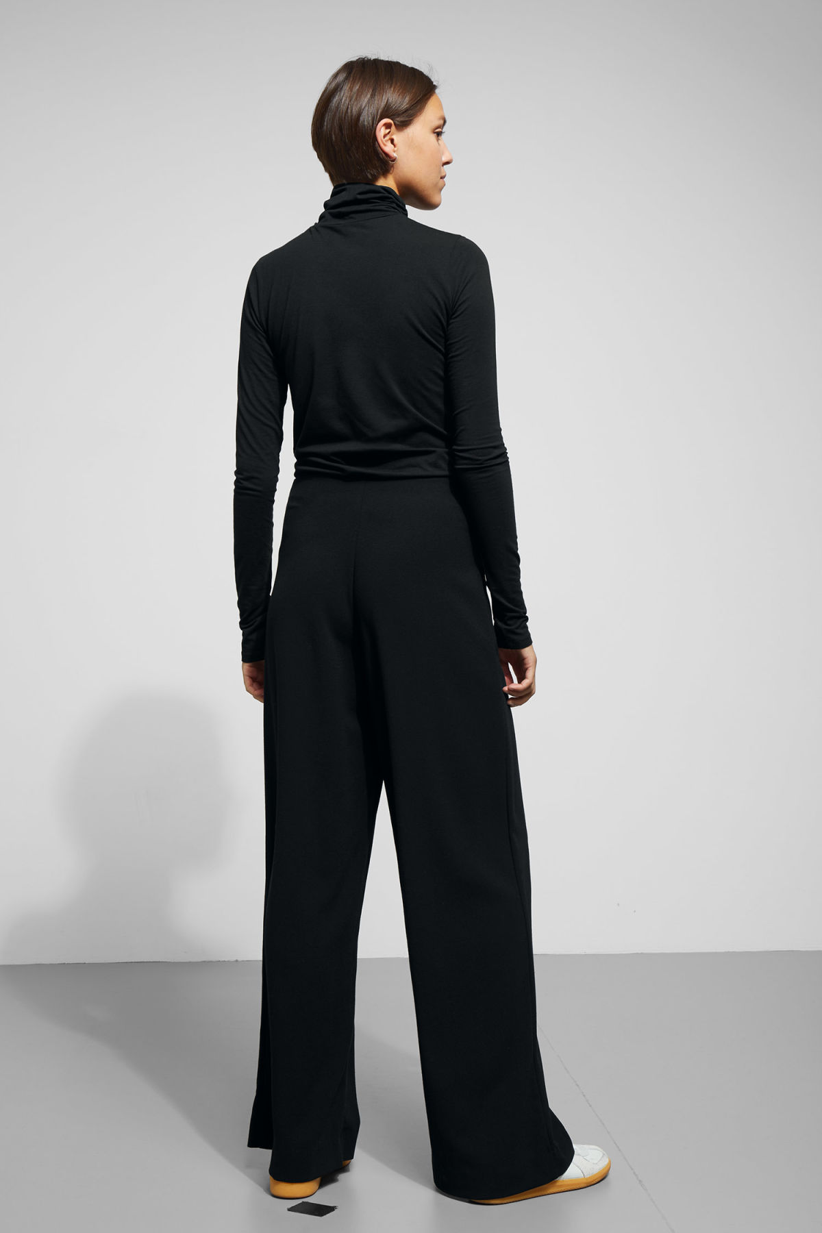 Model back image of Weekday julia trousers  in black