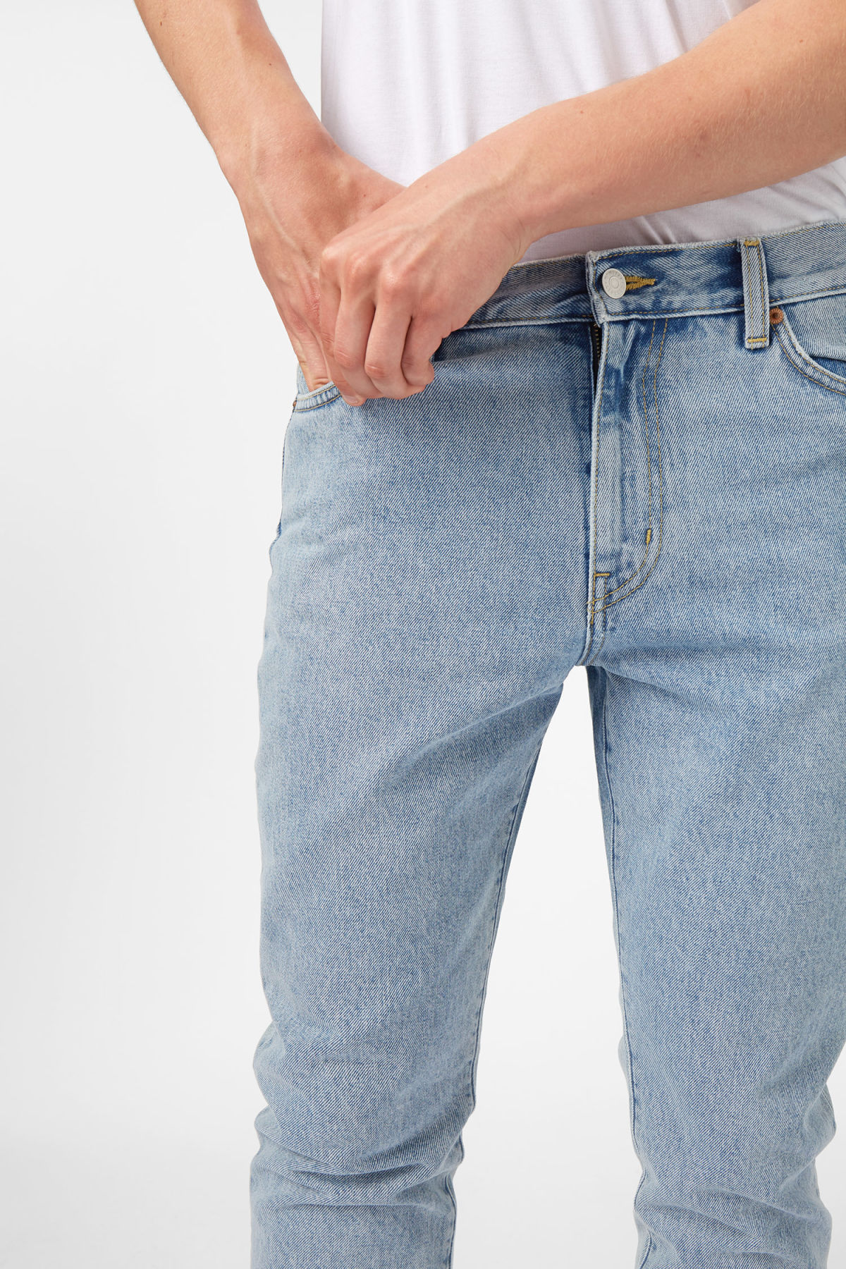 Model front image of Weekday sharp lagoon blue jeans in blue