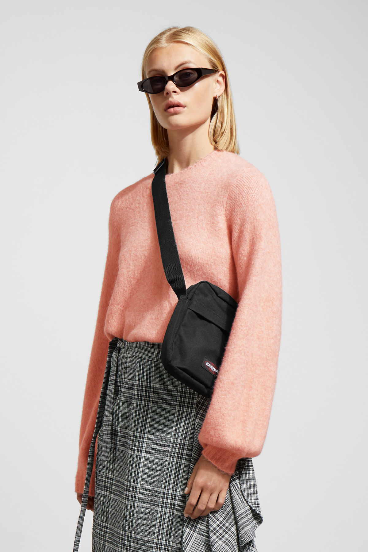 Model front image of Weekday letizia sweater in pink