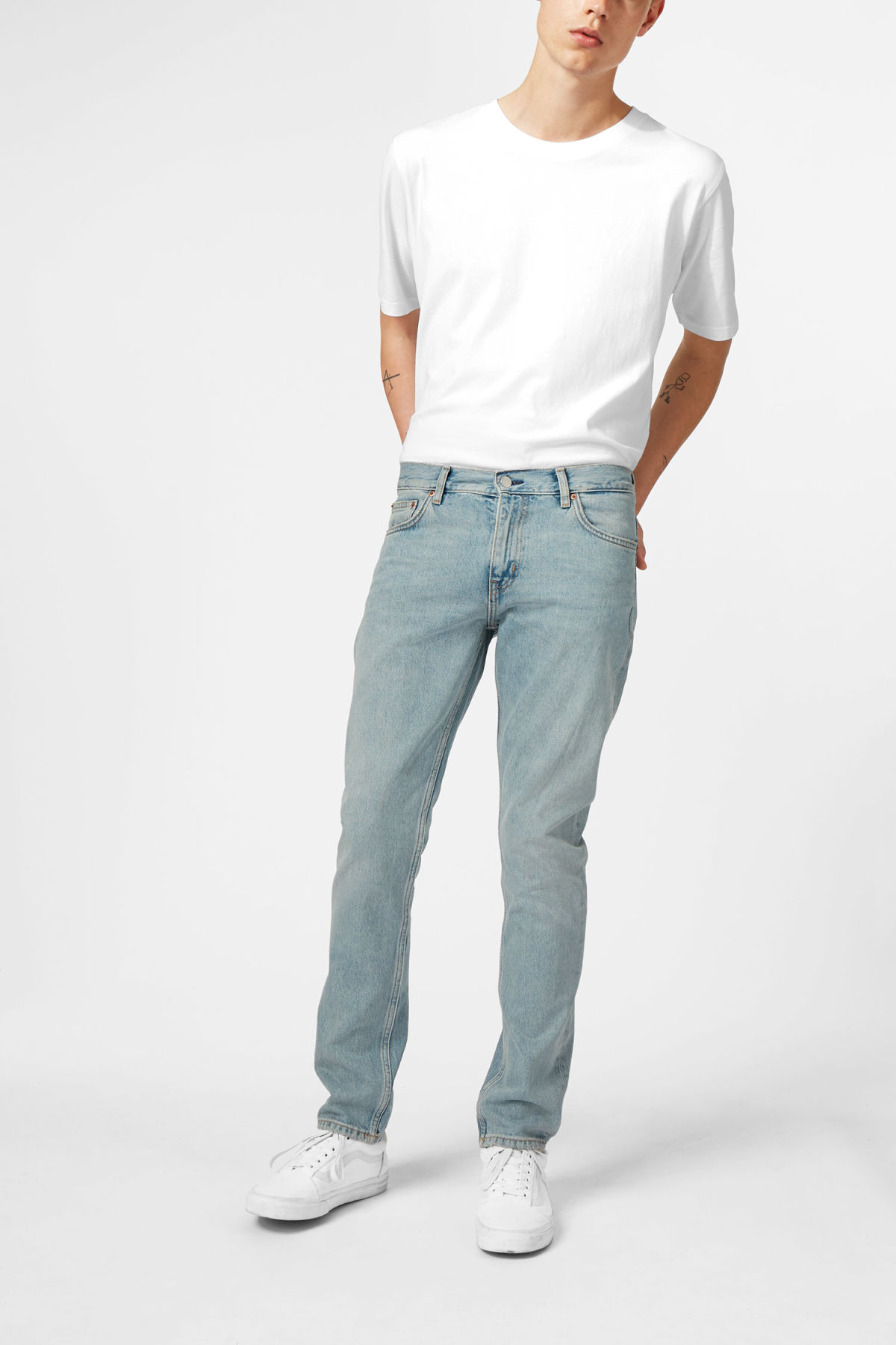 Model front image of Weekday sharp mid pure blue jeans in blue