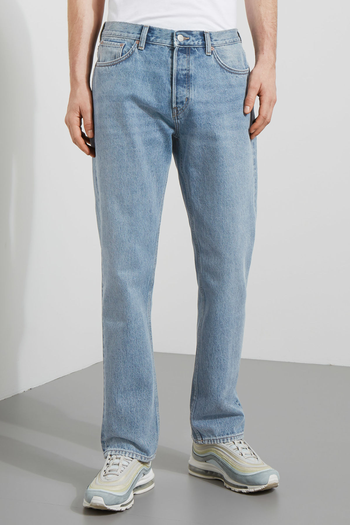 Model front image of Weekday vacant wow blue jeans in blue