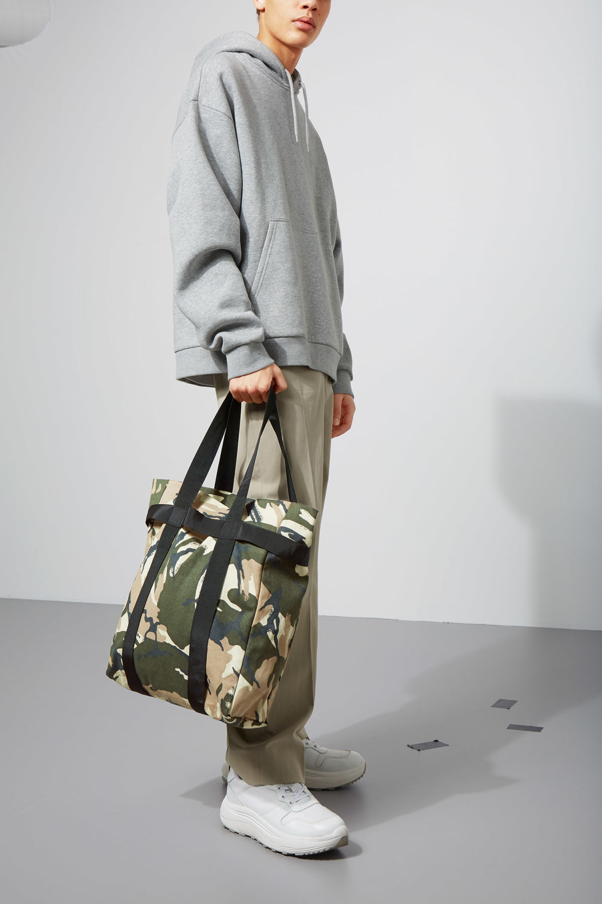 Model front image of Weekday forest tote in green