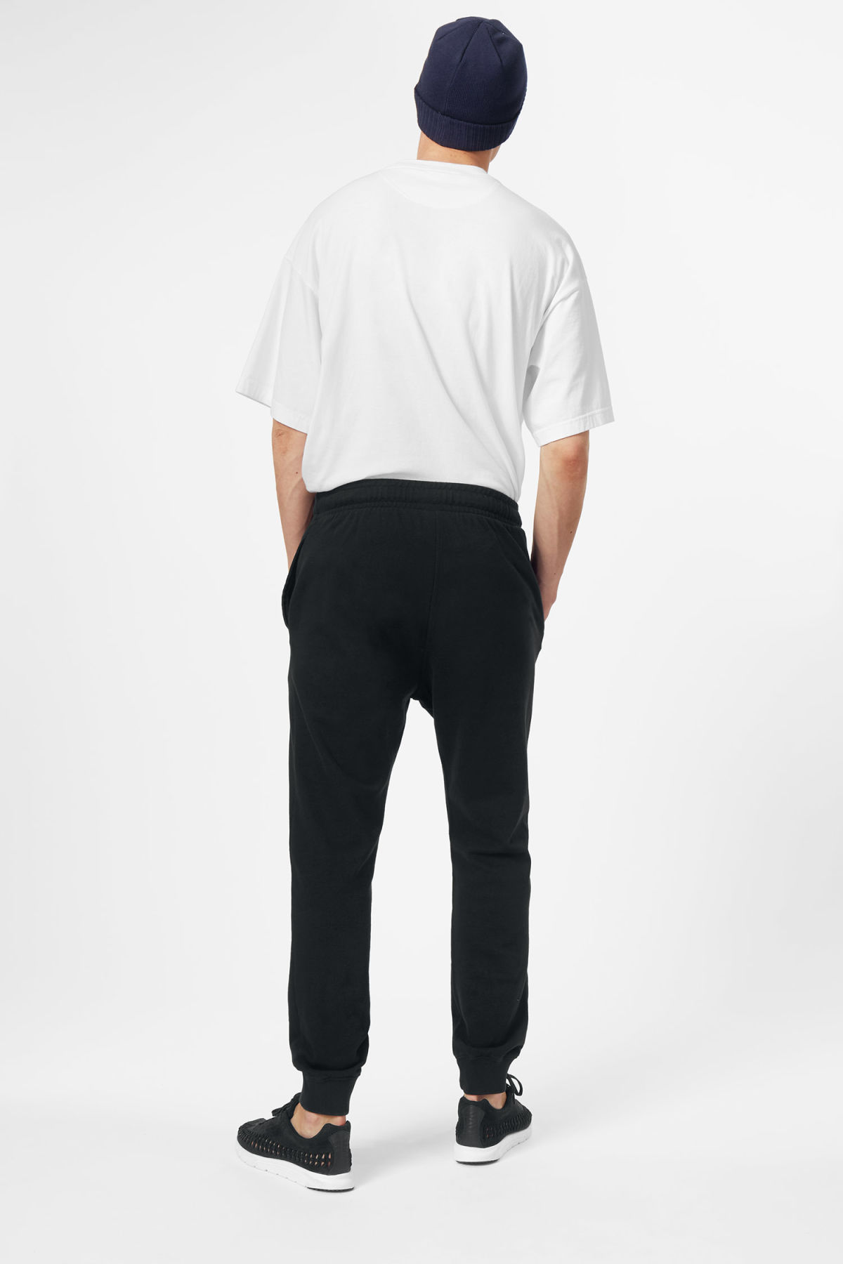 Model back image of Weekday leap sweatpants in black