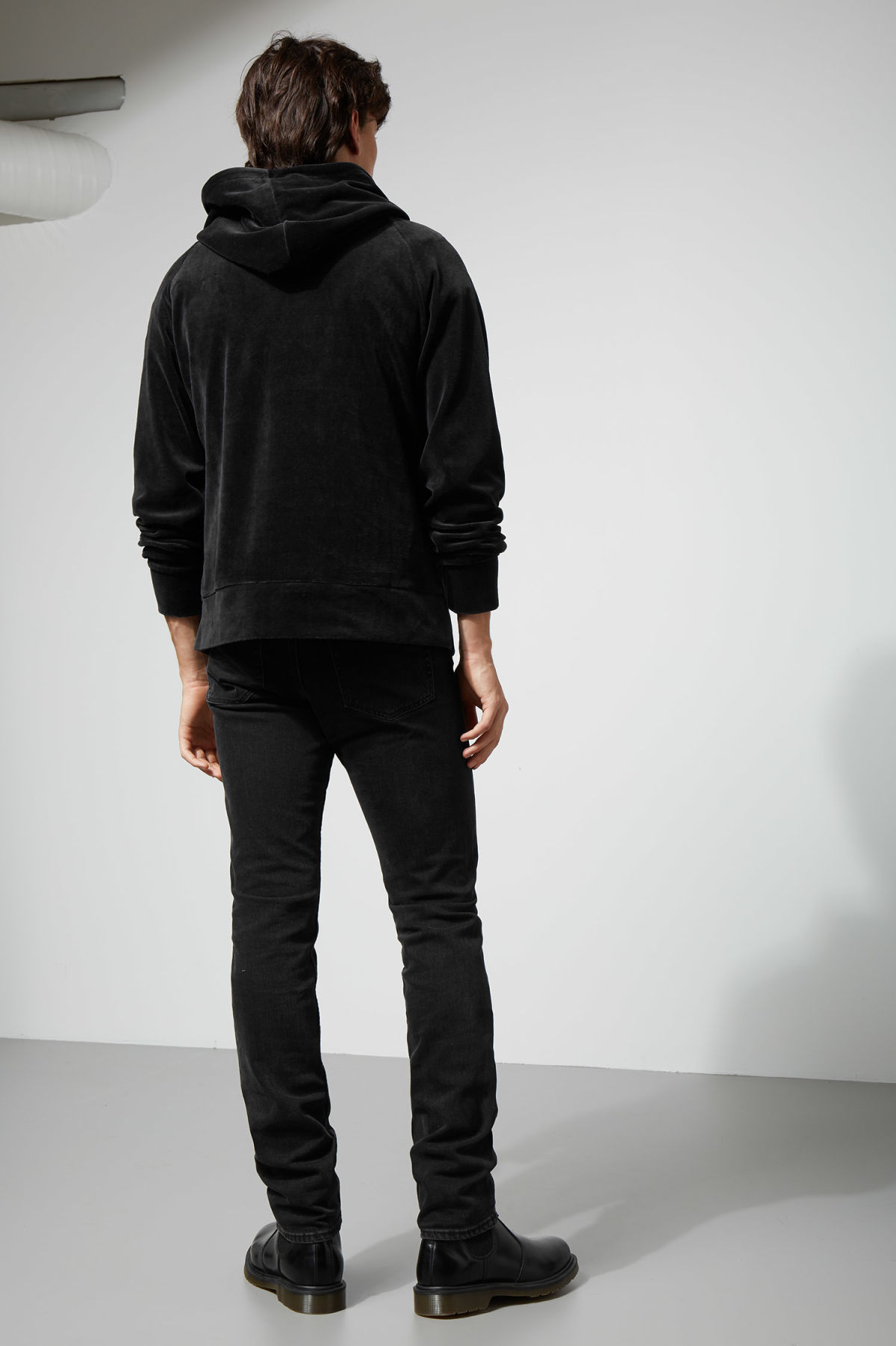 Model back image of Weekday noah velvet hoodie in black