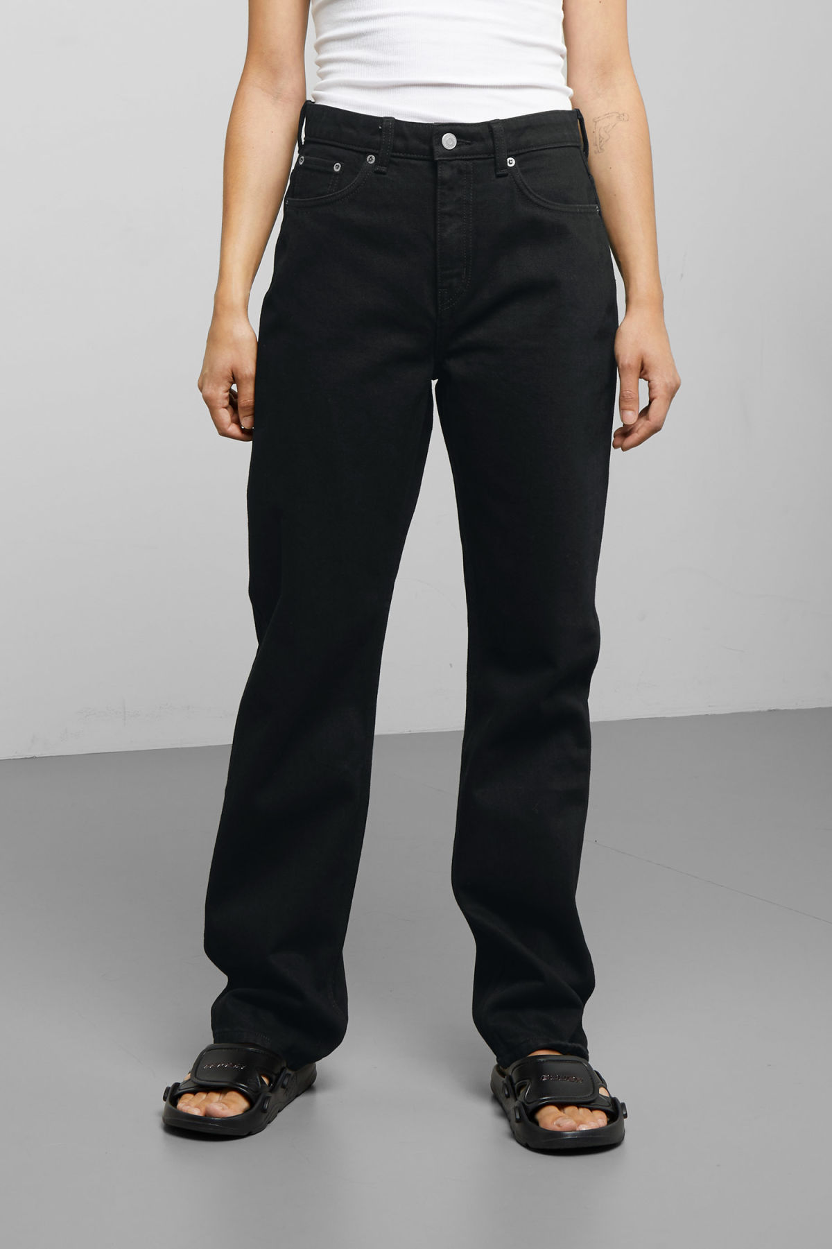 Model back image of Weekday voyage black jeans in black