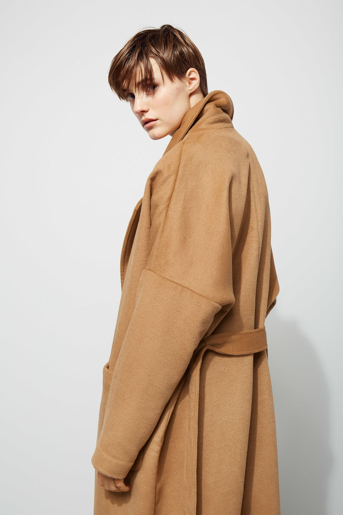 Model back image of Weekday gry coat in beige