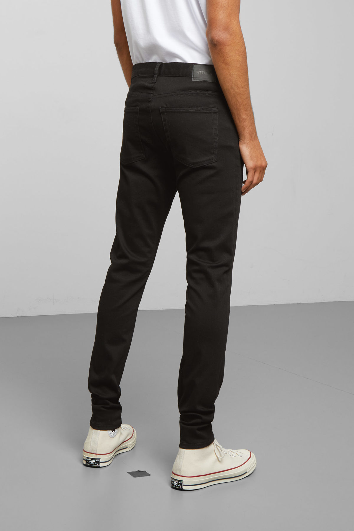 Model back image of Weekday form stay black jeans in black