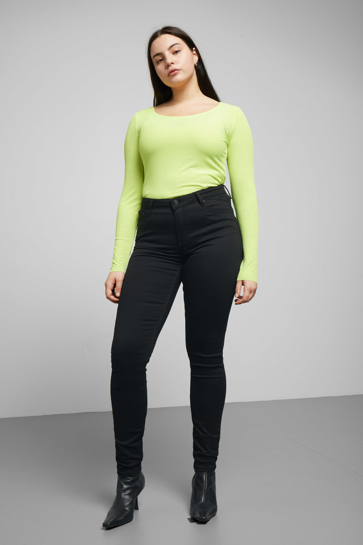 Model front image of Weekday body stay black jeans in black