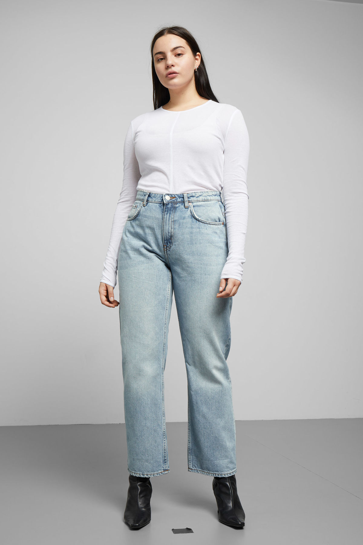 Model front image of Weekday voyage spring blue jeans in blue