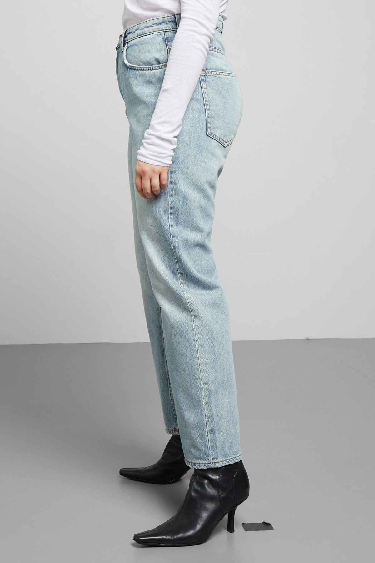 Model side image of Weekday voyage spring blue jeans in blue