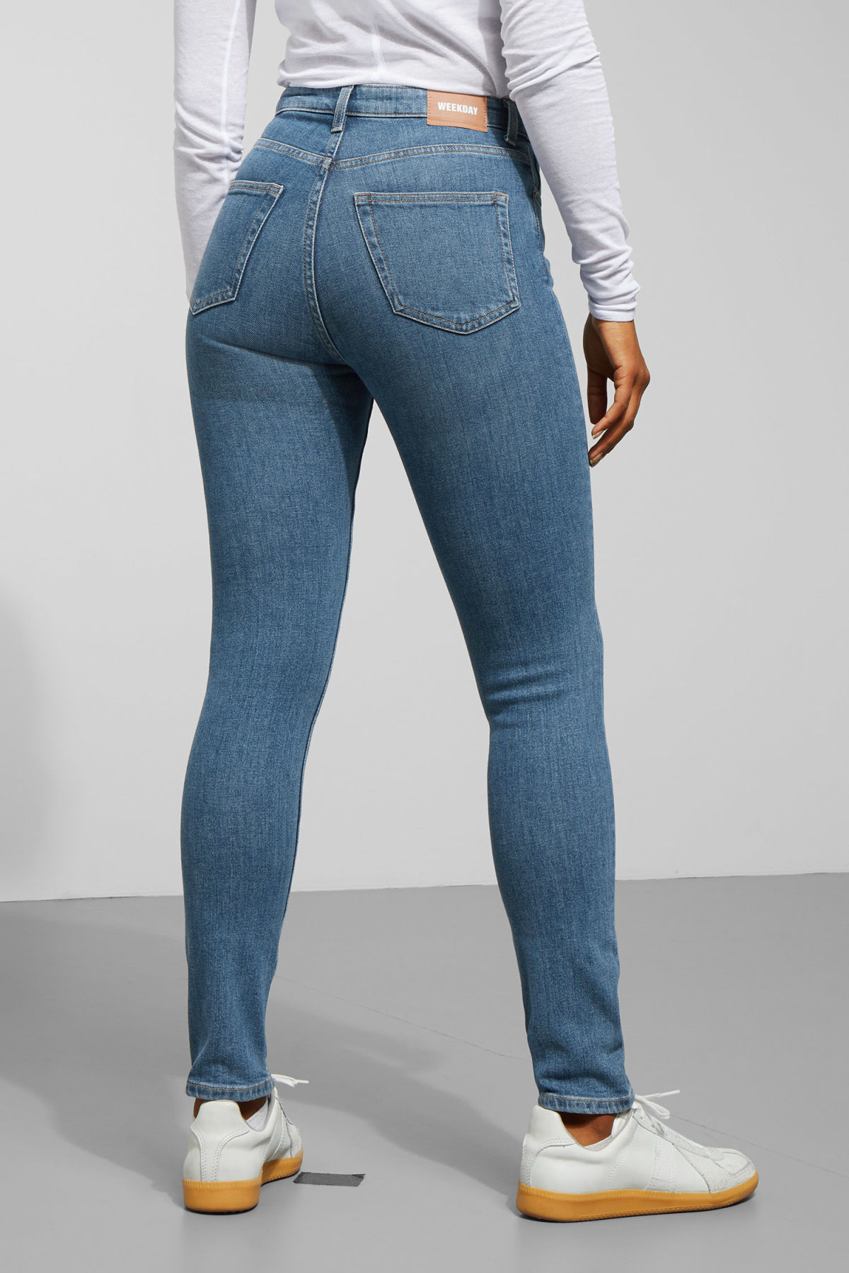 Model side image of Weekday thursday arizona jeans in blue