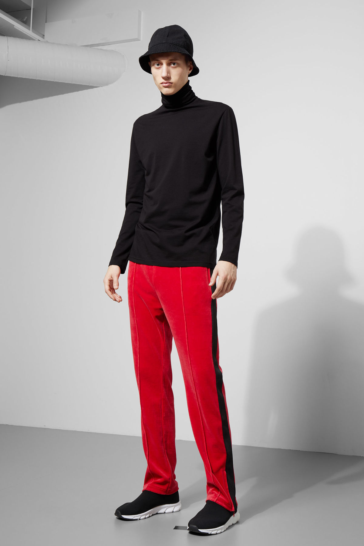Model front image of Weekday local velour sweatpants in red